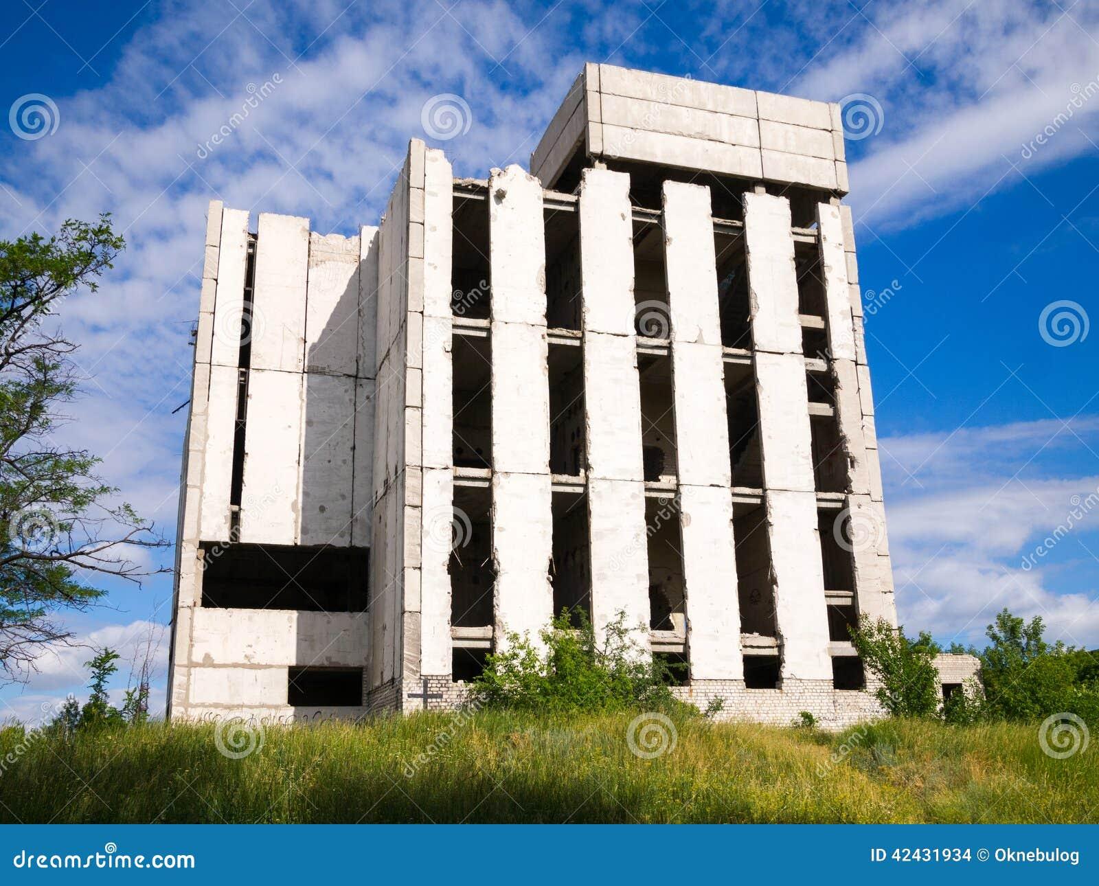Edificio inacabado abandonado