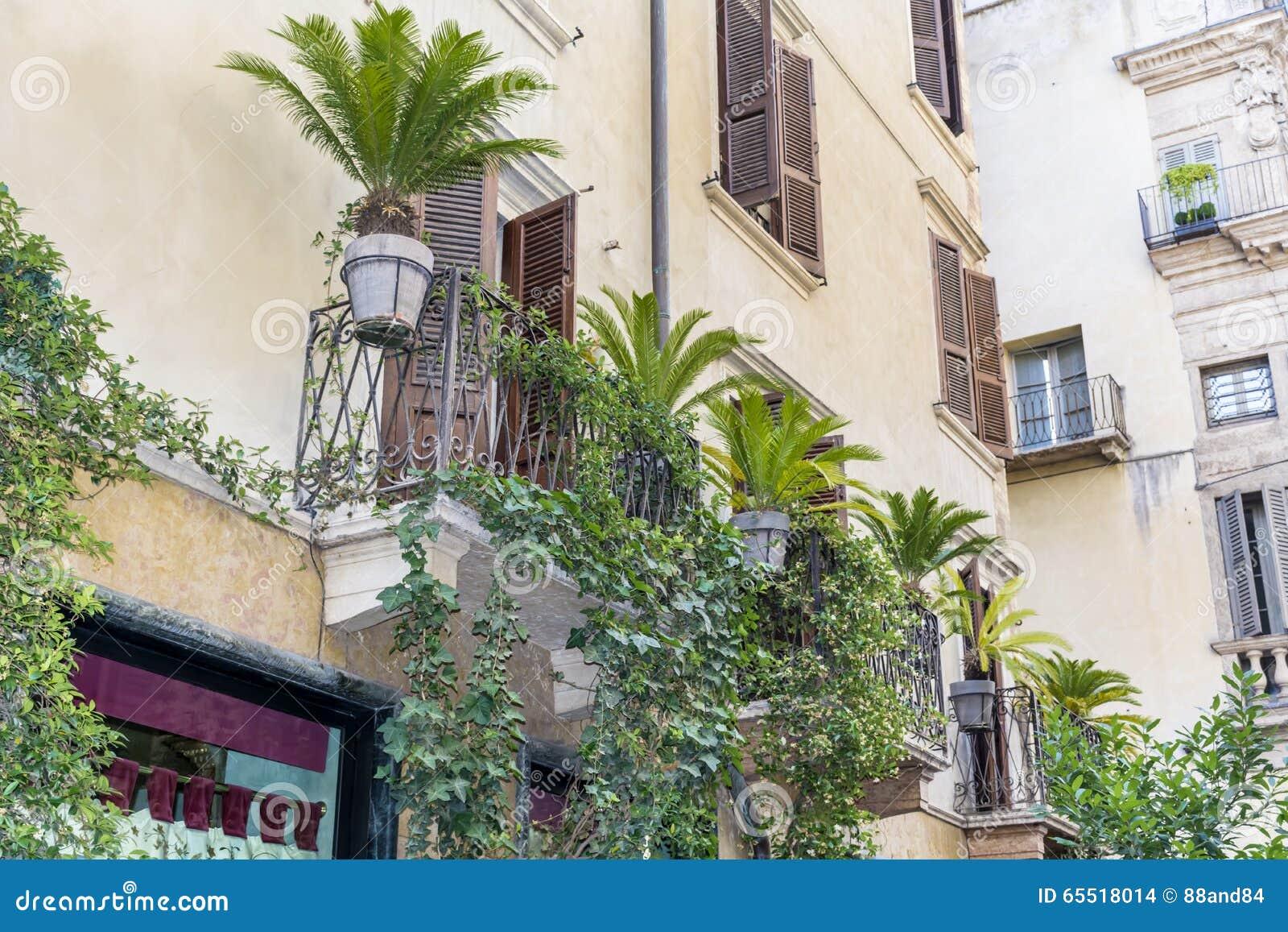 Edificio Italiano Del Vintage Hermoso Con El Balcón Con Las Palmas ...