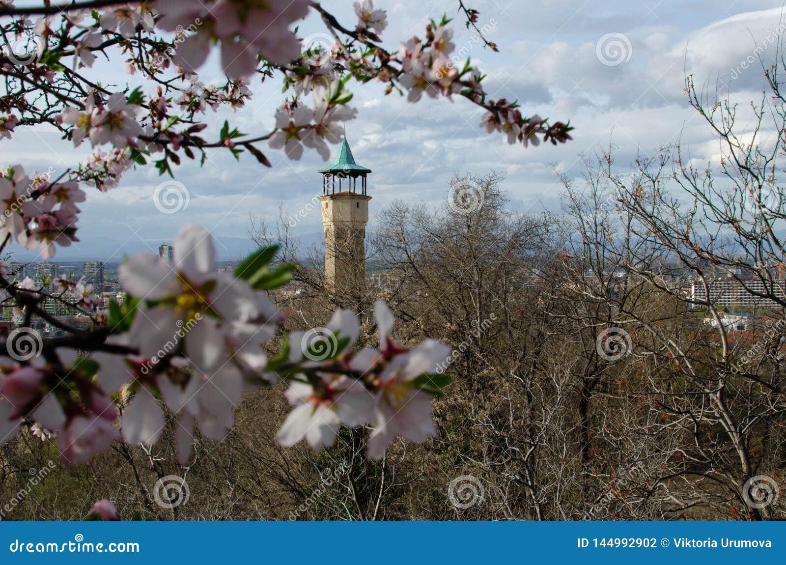 Edificio medieval de la torre de reloj en la ciudad de Plovdiv, Bulgaria
