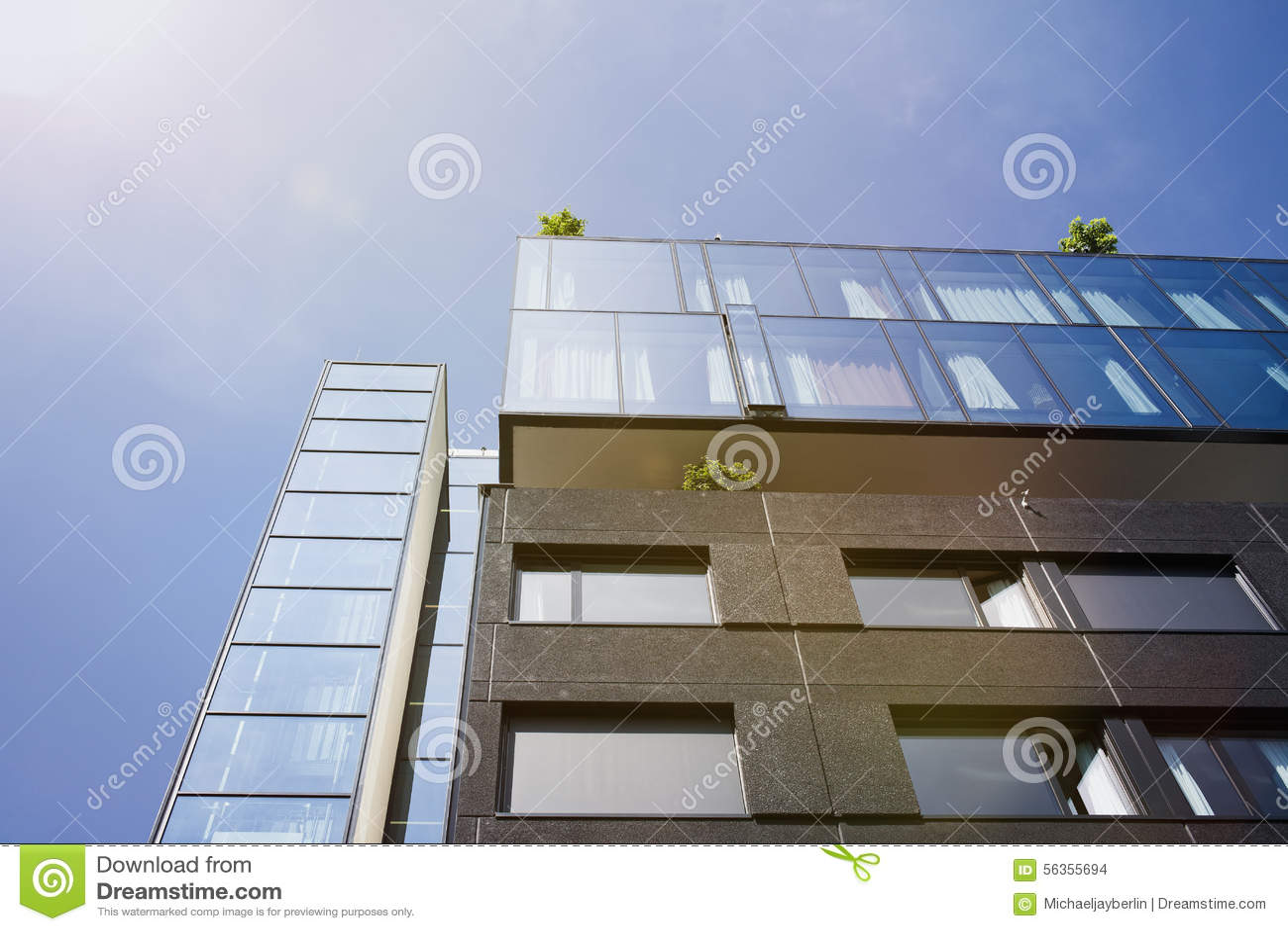 Edificio Moderno Con La Terraza Del Top Del Tejado Foto De