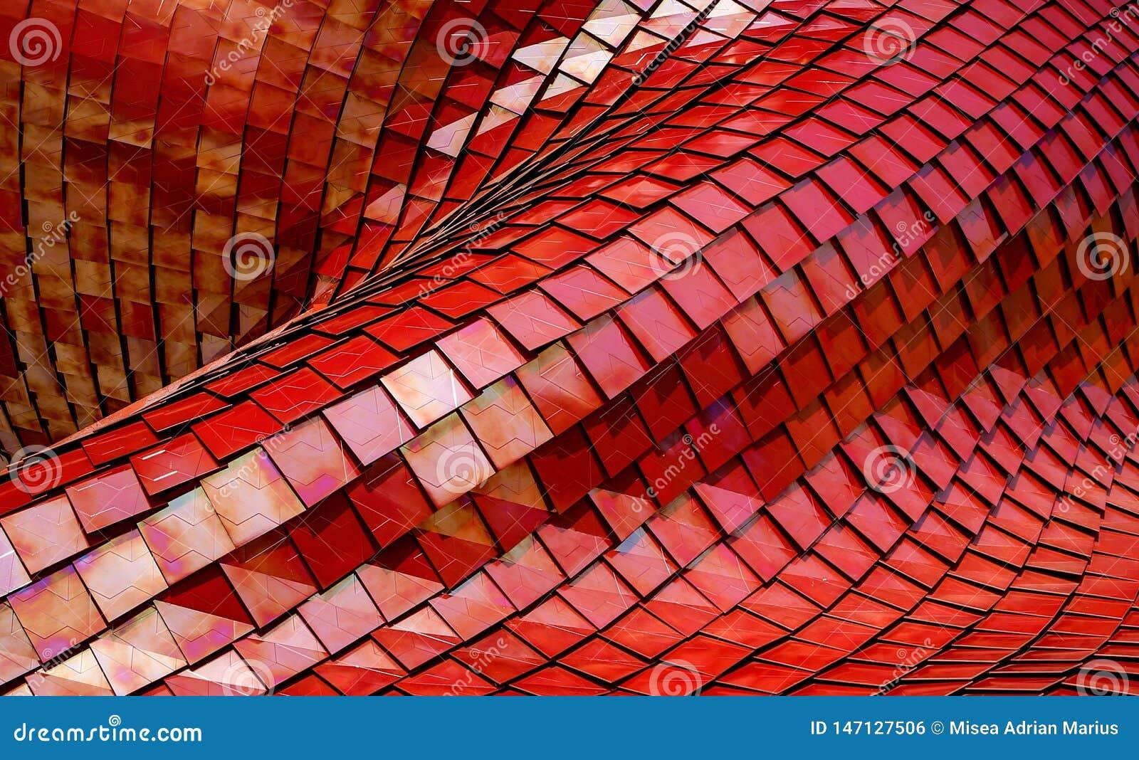 Edificio moderno de la arquitectura integrado por las tejas rojas del metal
