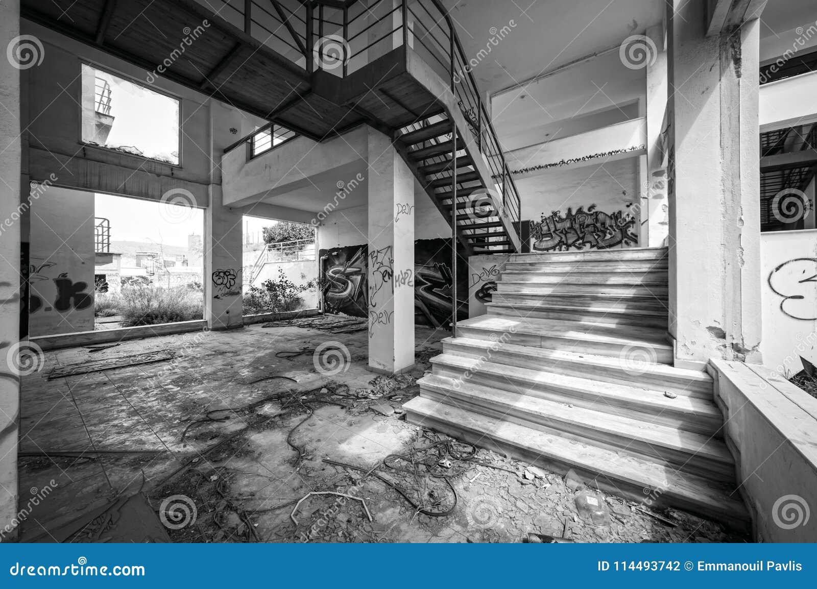 Edificio per uffici vandalizzato abbandonato, in bianco e nero