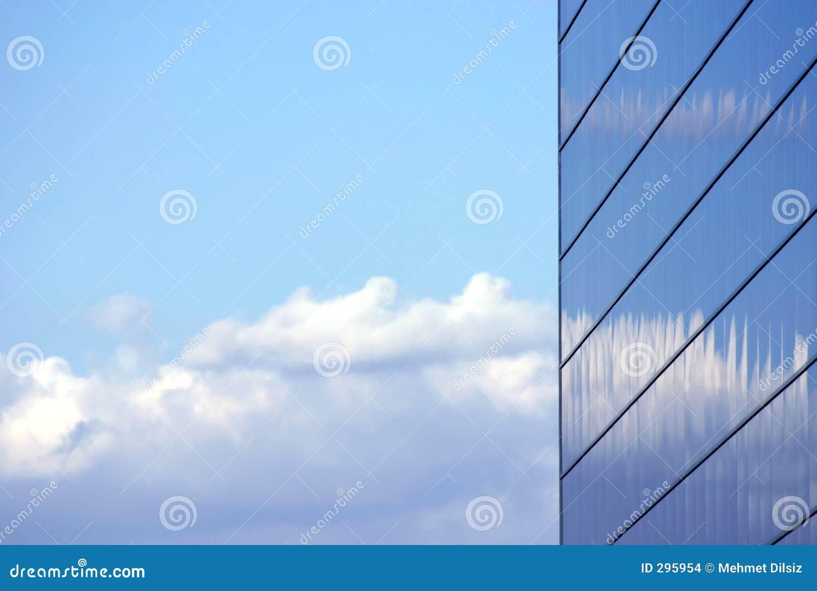Edificio reflejado del asunto