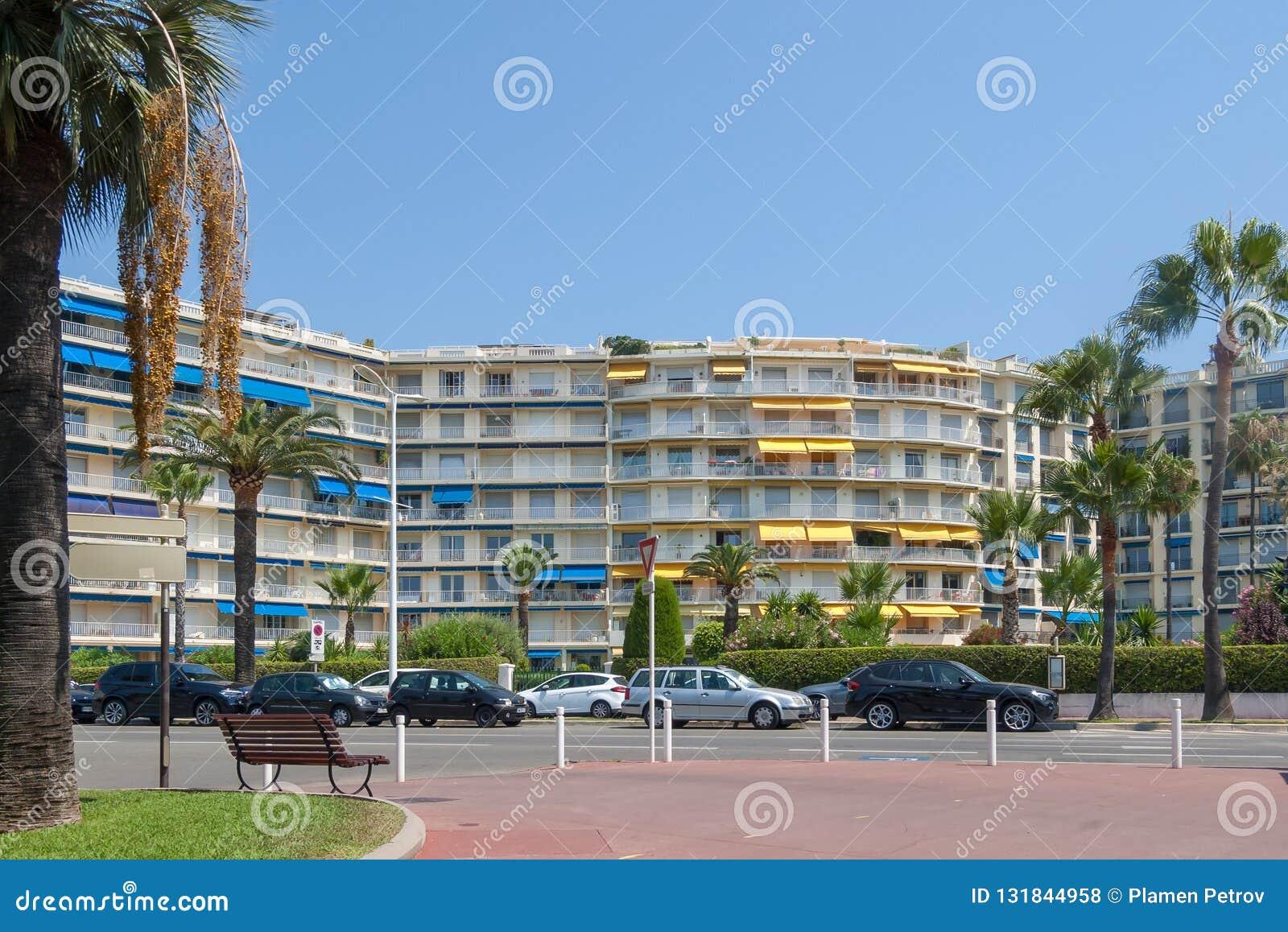 Edificio residencial con las palmeras, Cannes, Francia