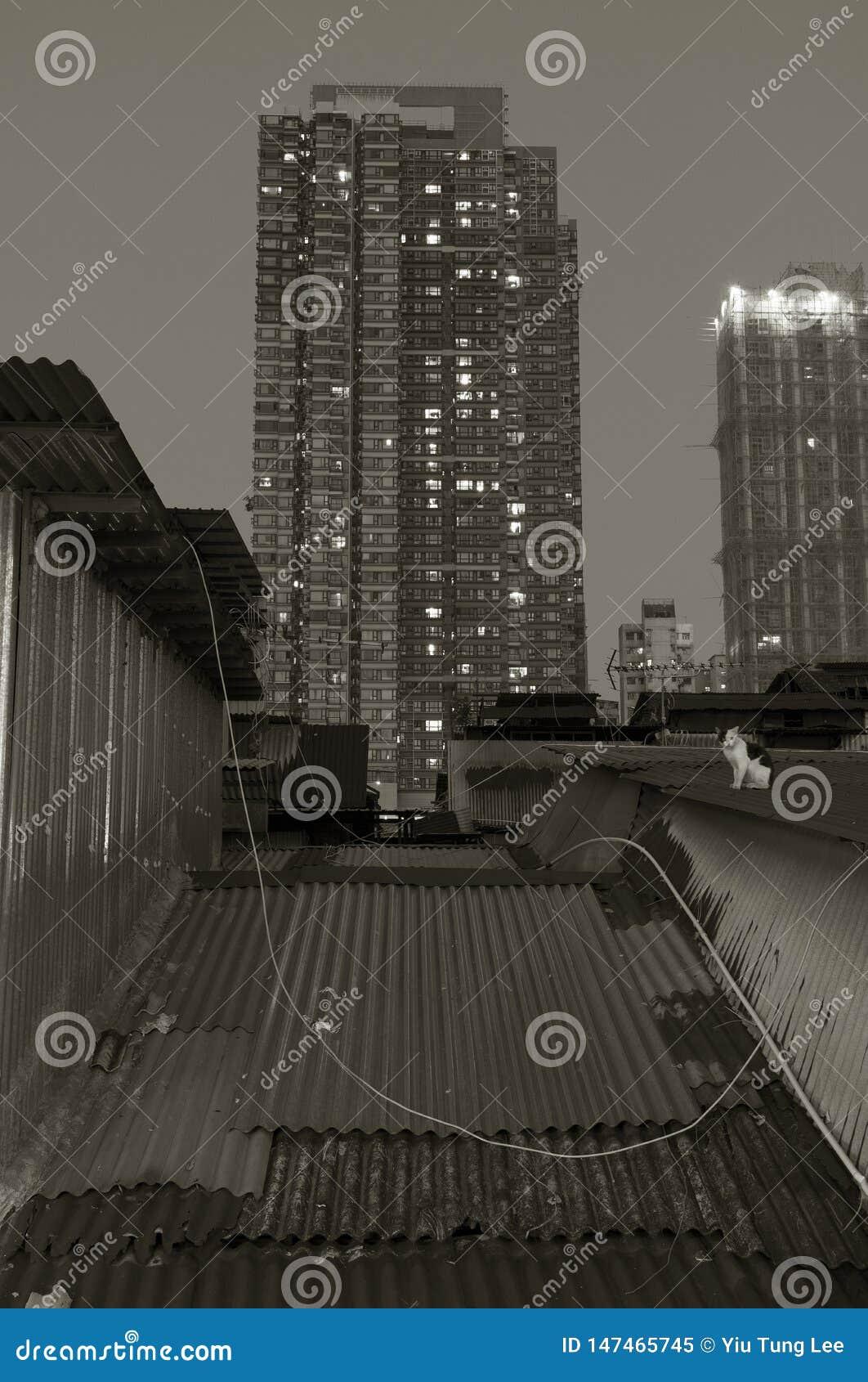 Edificio residencial de la vieja y alta subida en la ciudad de Hong Kong