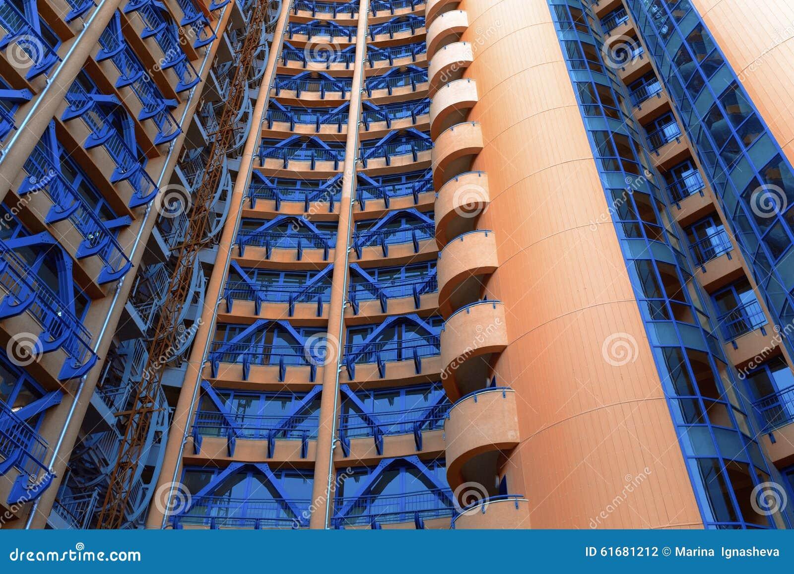 Edificio rojo y azul