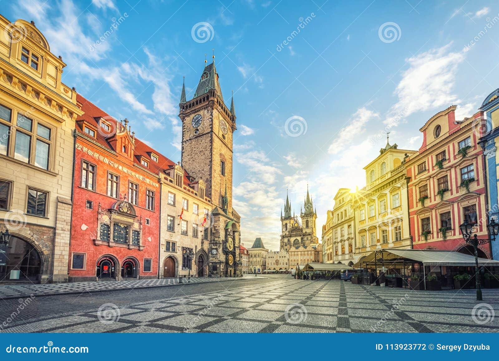 Edificio viejo de ayuntamiento con la torre de reloj en Praga