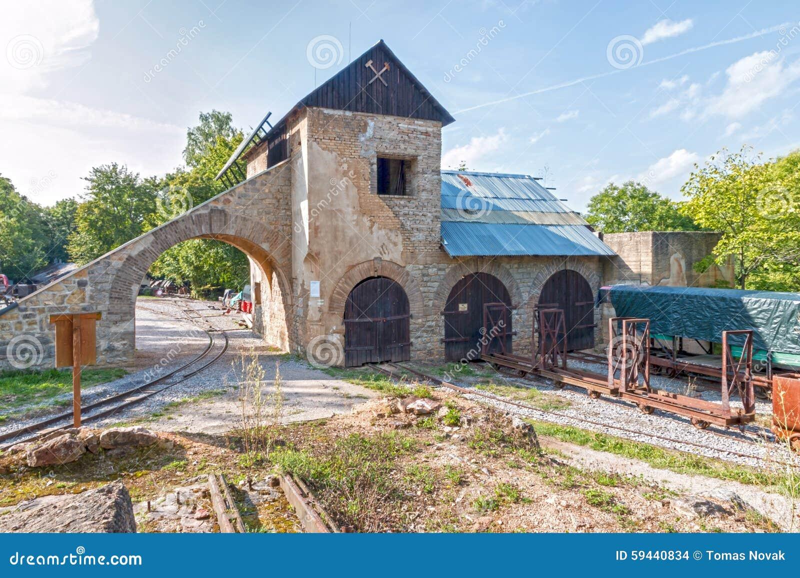 Edificio viejo de la mina con las vías y el tren