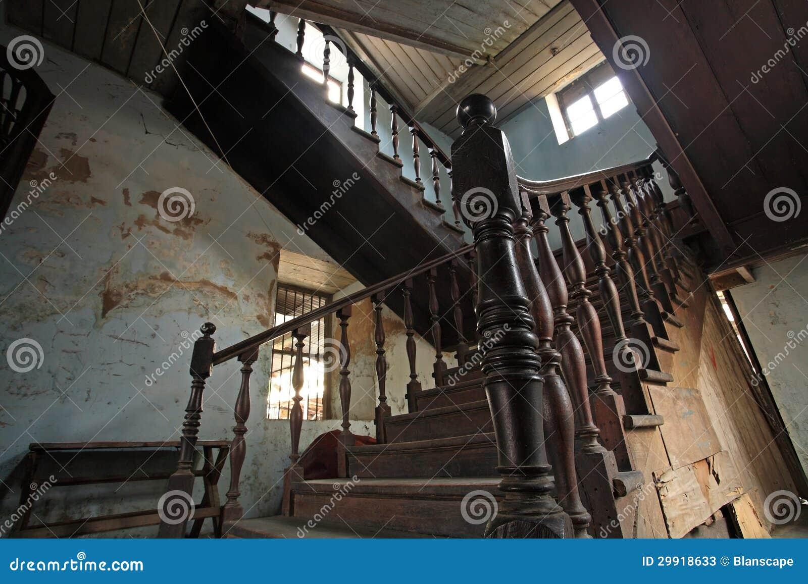 Escaleras de madera antiguas interiores imagen de archivo - Escaleras antiguas de madera ...