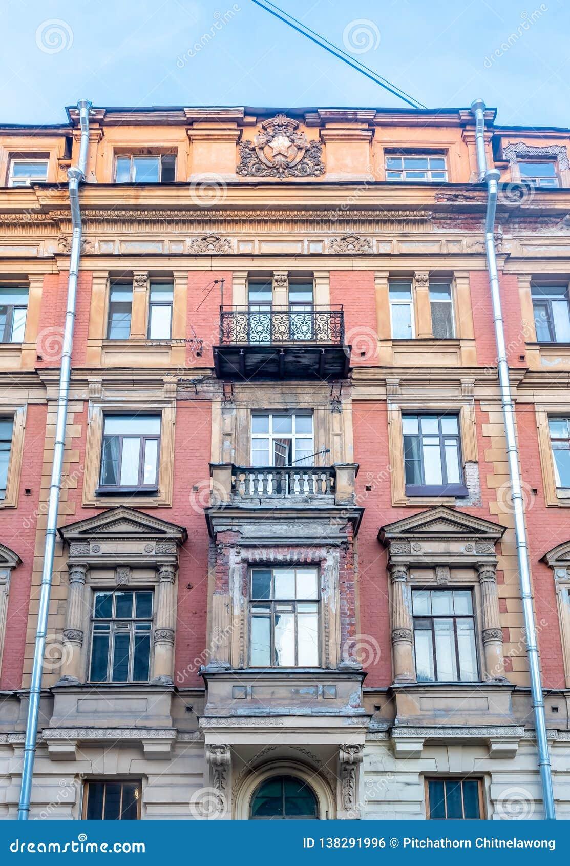 Edificio viejo en St Petersburg, Rusia