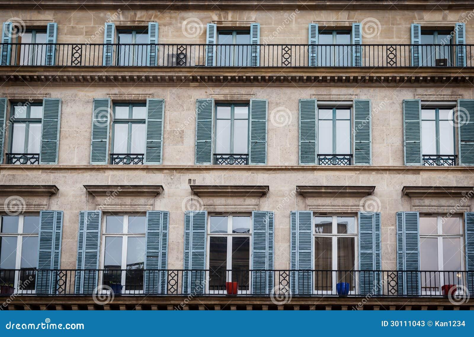 Edificio viejo exterior en par s francia con las ventanas for Exterior edificios