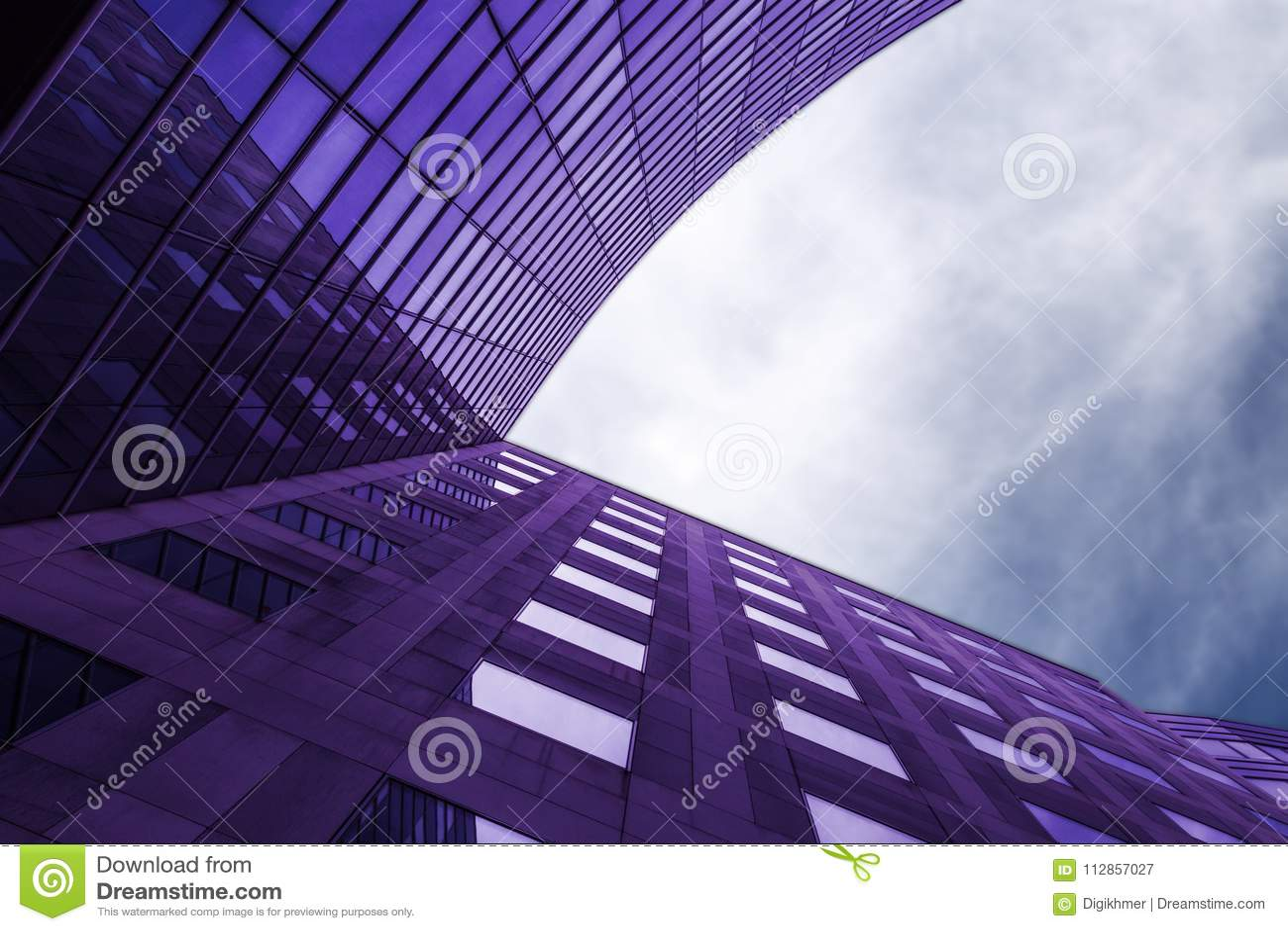 Edificio violeta moderno