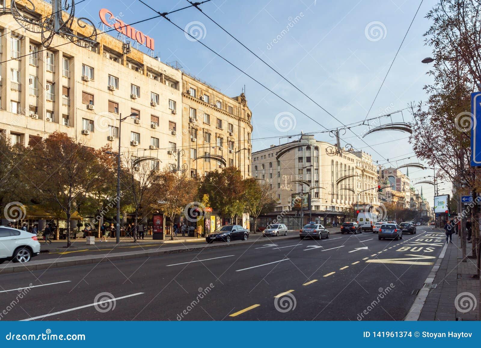 Edificio y calle típicos en el centro de la ciudad de Belgrado, Serbia