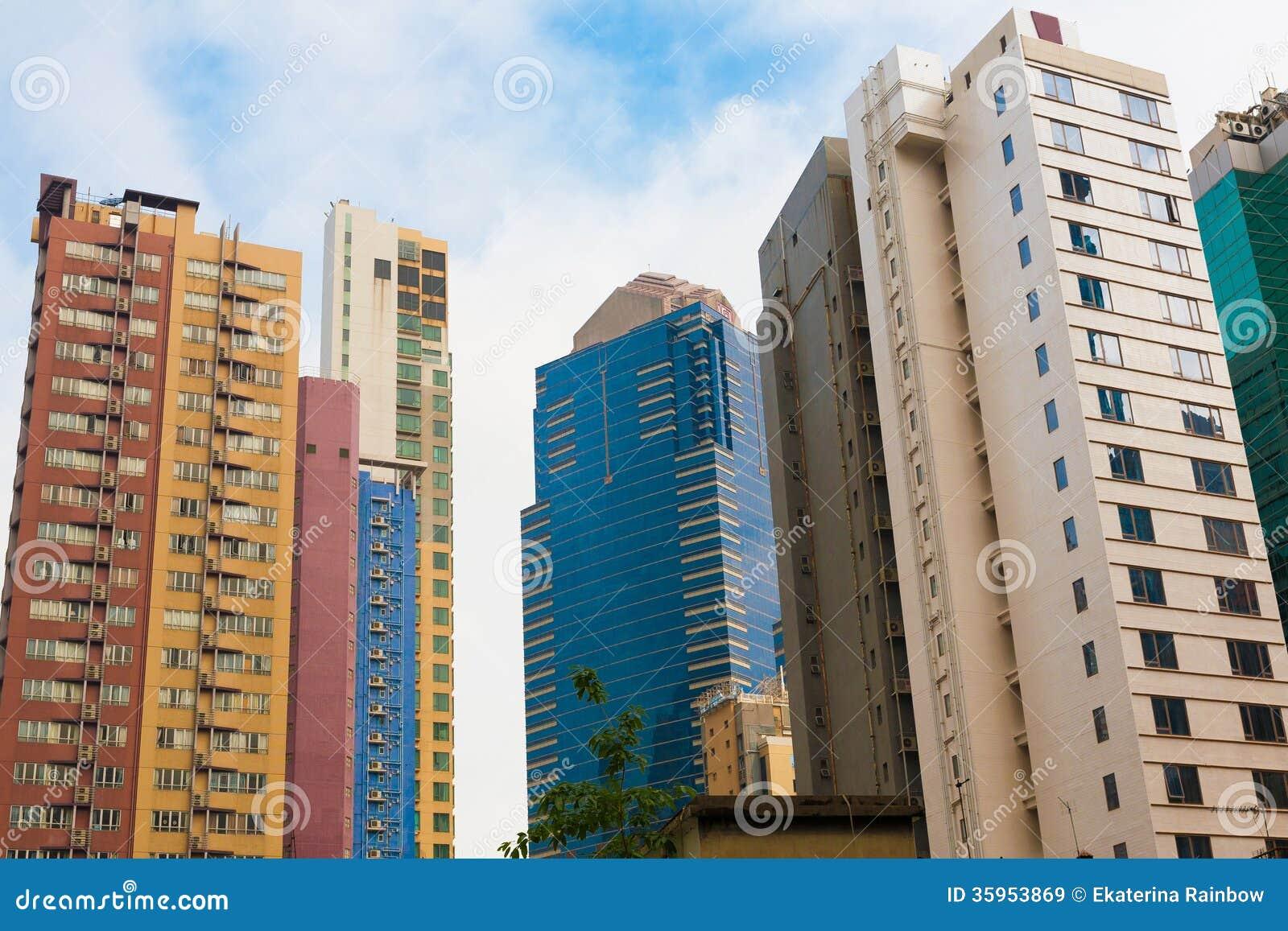 Edificios altos del hormigón y del vidrio