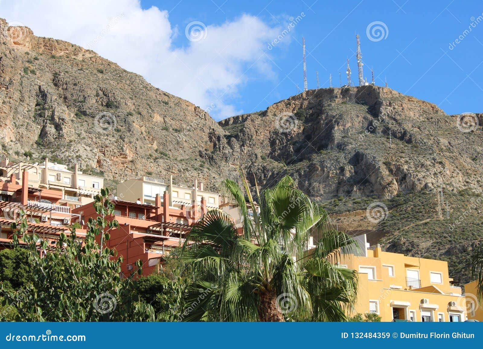 Edificios con los fondos de la montaña