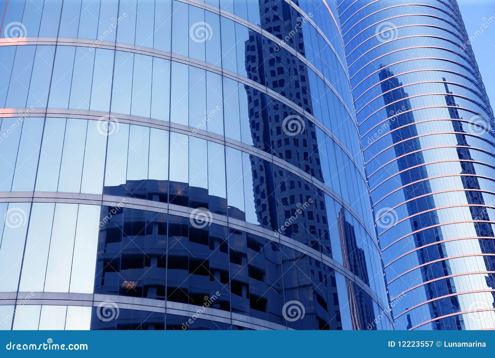 Edificios de cristal del rascacielos de la fachada del espejo azul
