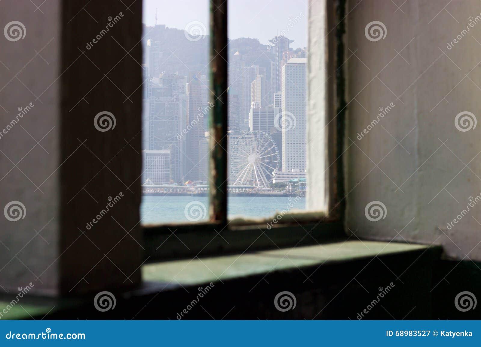 Edificios de Hong Kong Island de la ventana de la terminal de transbordadores de la estrella