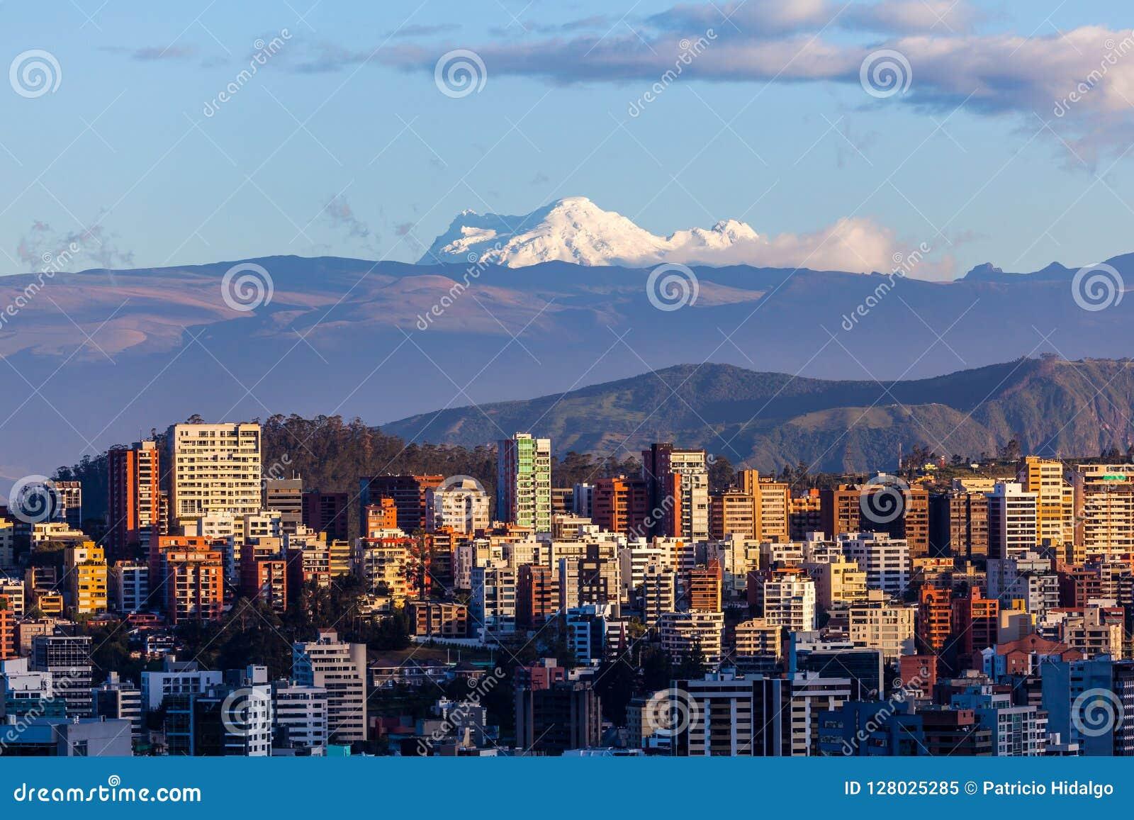 Edificios de Quito con Antisana