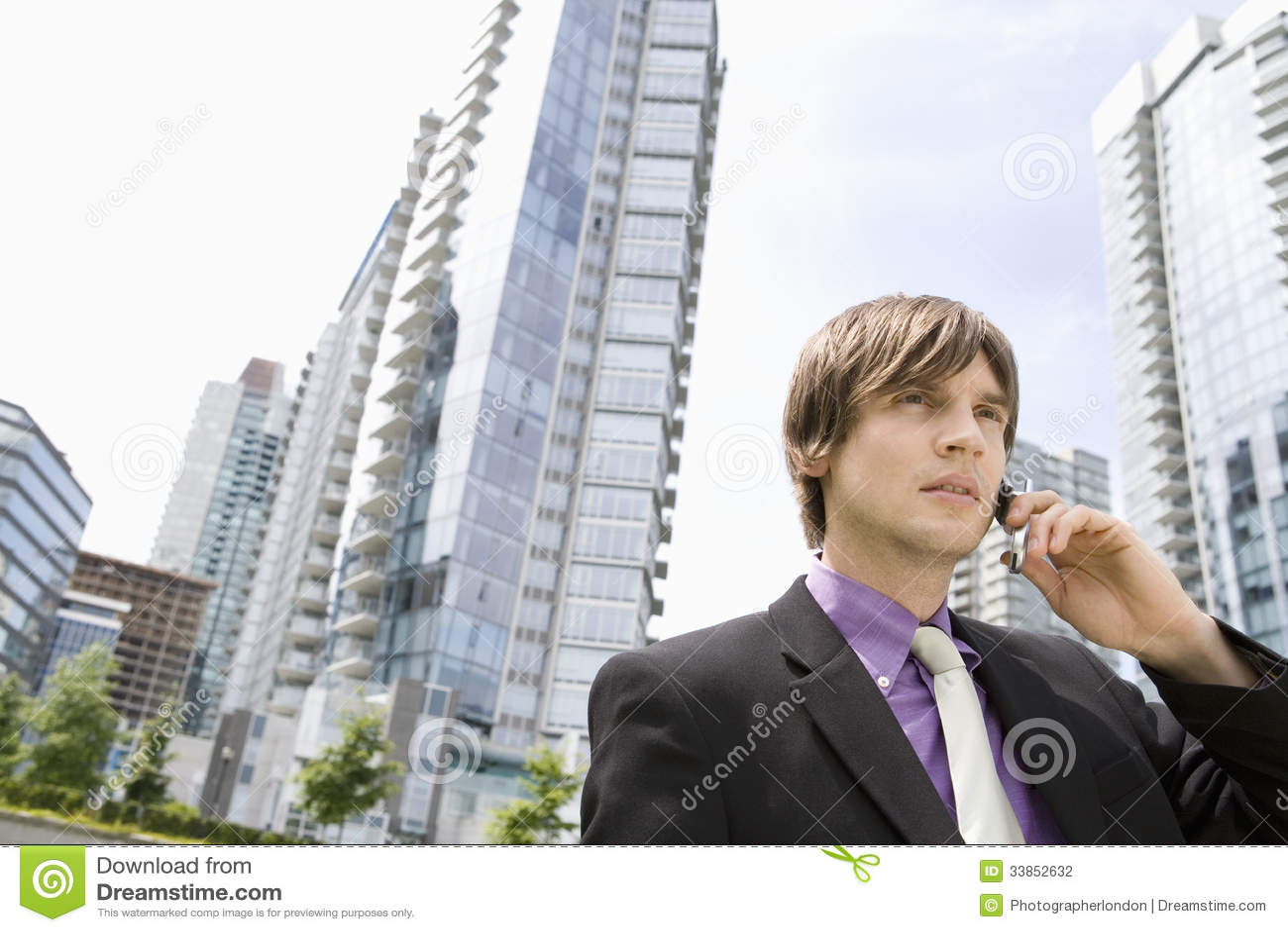 Edificios de Using Cellphone Against del hombre de negocios