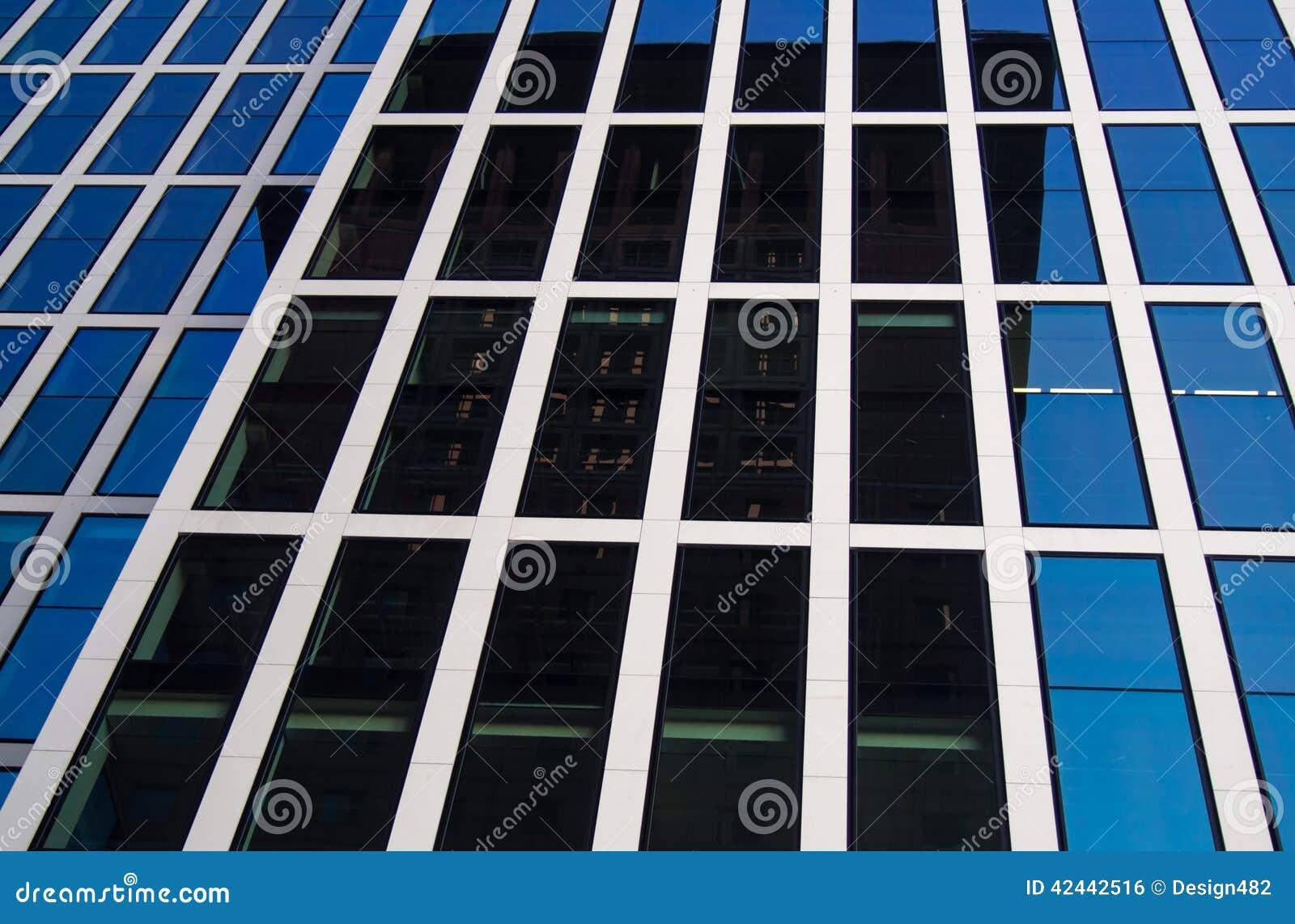 Edificios del negocio (Japón-centro y reflexión de la torre de Taunus