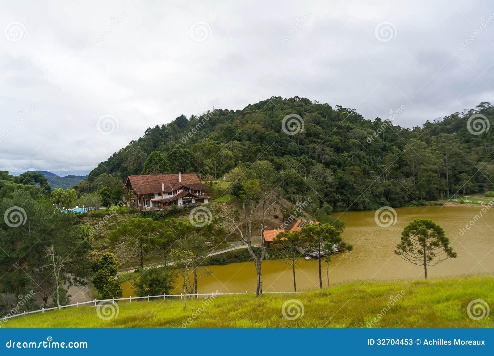 Edificios en el lago tropical