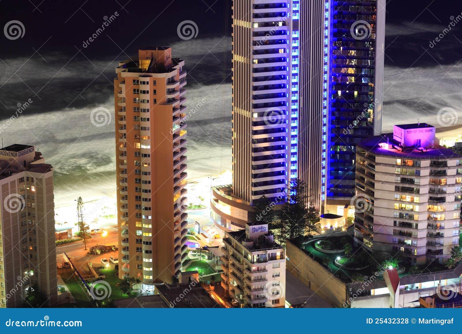 Edificios frente al mar de la torre en la noche