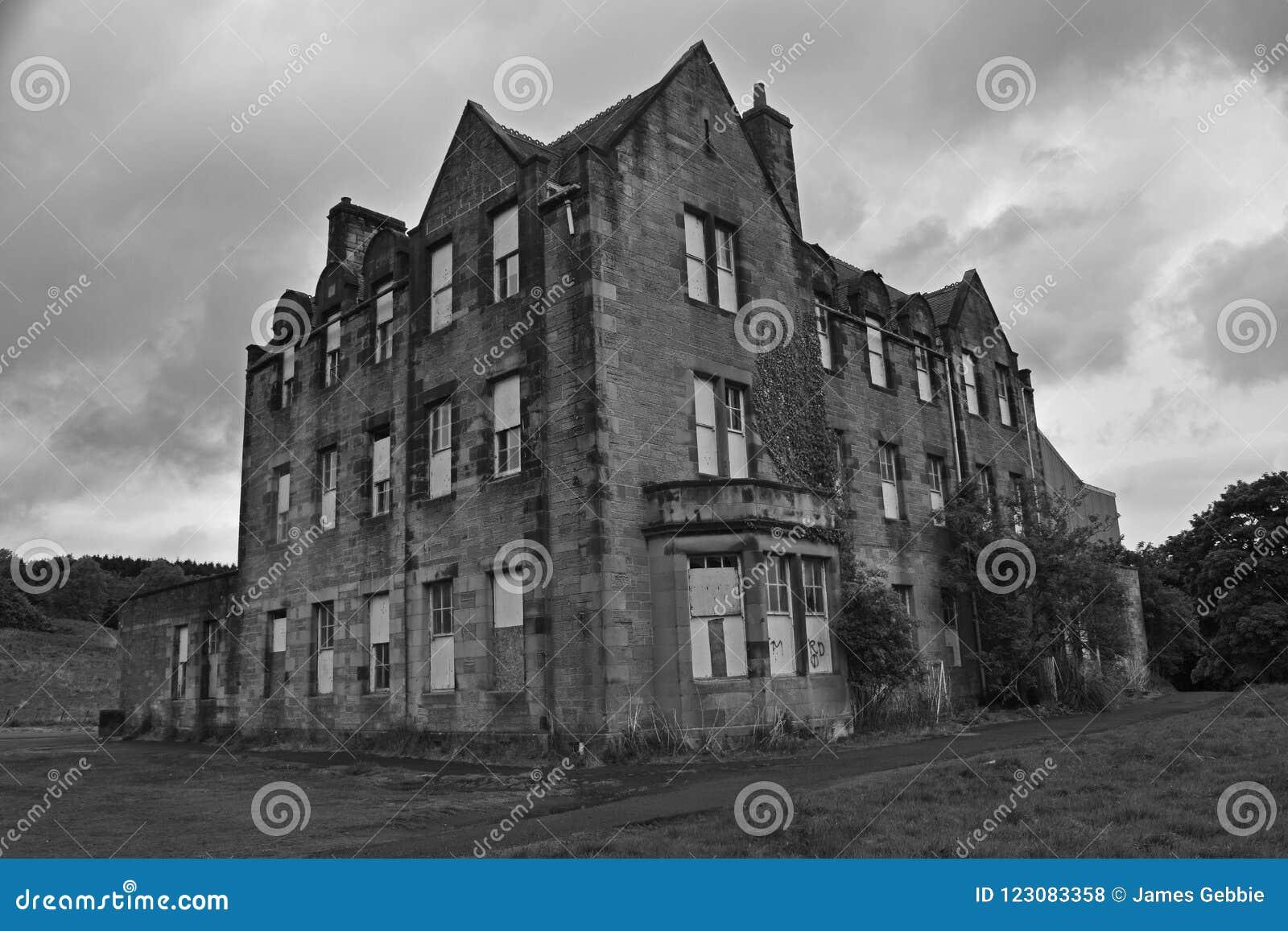 Edificios industriales abandonados de un pueblo y de un asilo abandonados