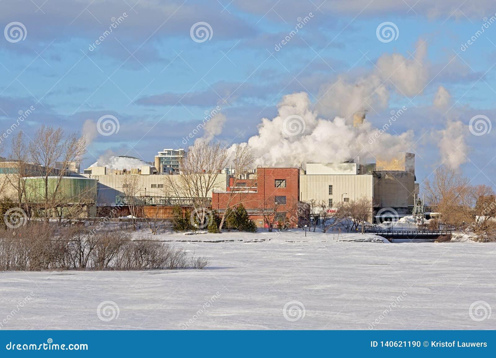 Edificios industriales a lo largo del río de Ottawa