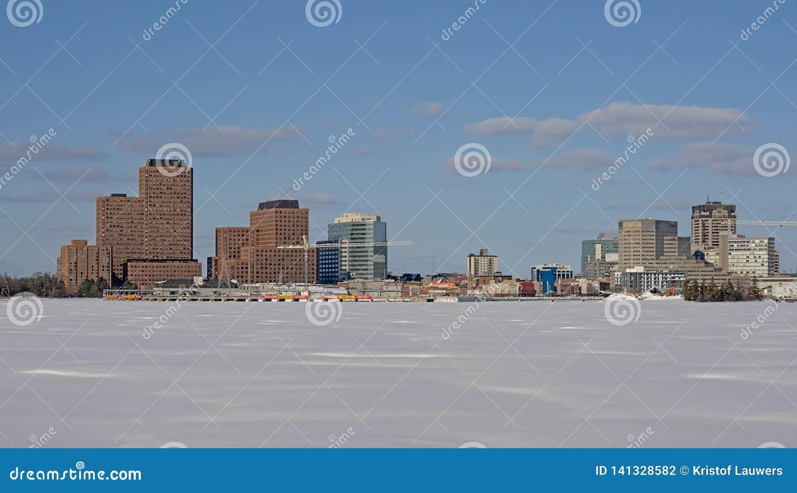 Edificios industriales y rascacielos del casco a lo largo del río congelado de Ottawa
