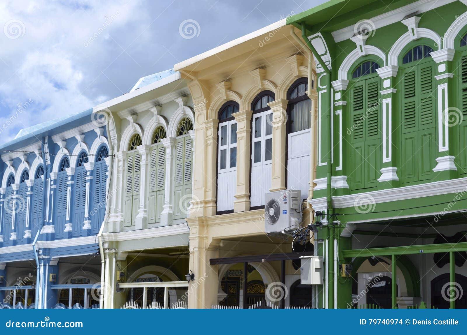 Edificios portugueses del estilo del tipo de tela de algodón en la ciudad de Phuket