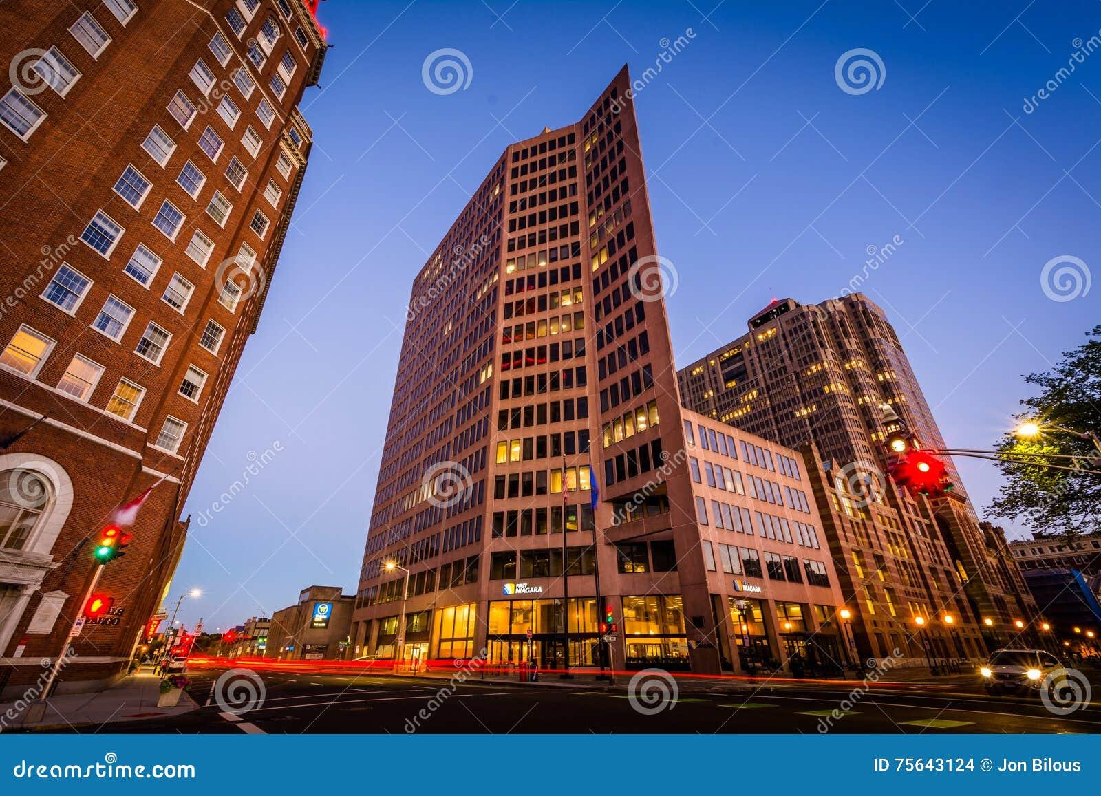 Edificios y tráfico en la intersección de la calle y de Chur del olmo