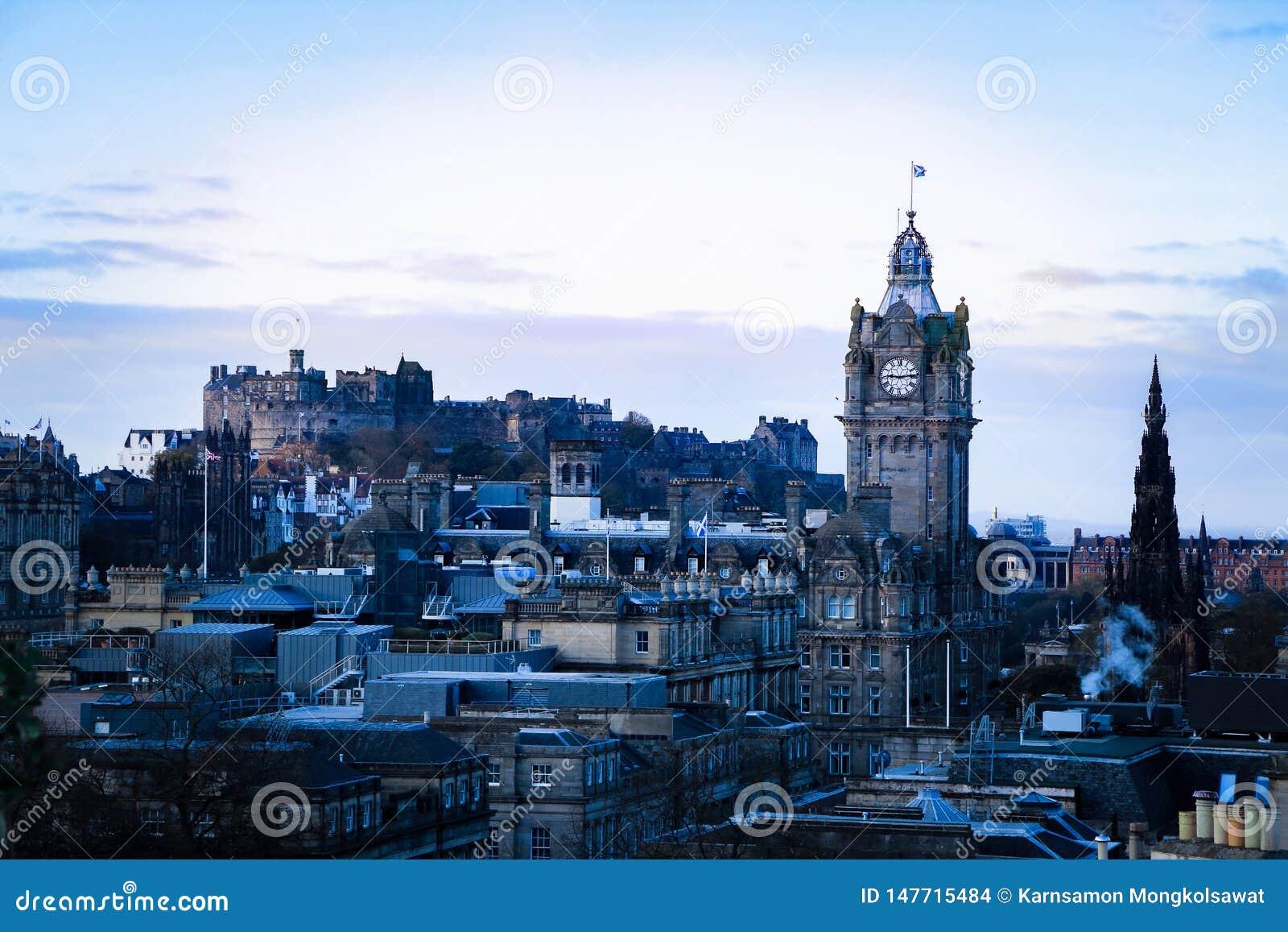 Edimburgo, Escocia Opinión del paisaje urbano de la colina de Calton que ve la ciudad, la torre de reloj y el castillo viejos de