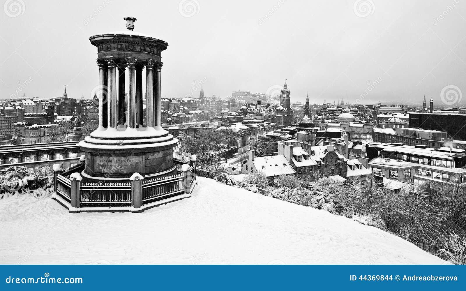 Edimburgo innevato dalla collina di Calton