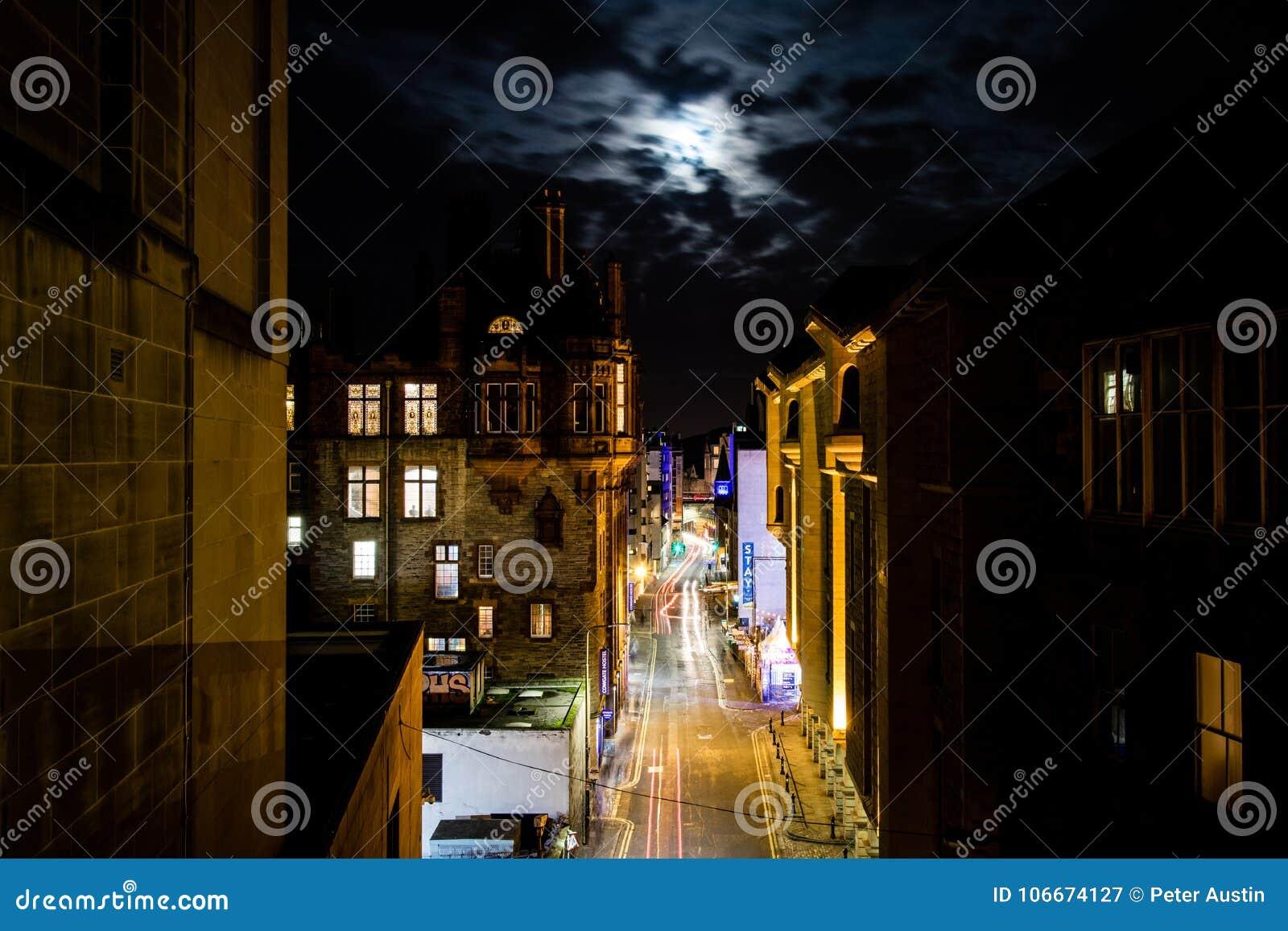Edinburgh, het Verenigd Koninkrijk - 12/04/2017: Een nachtmening van licht RT