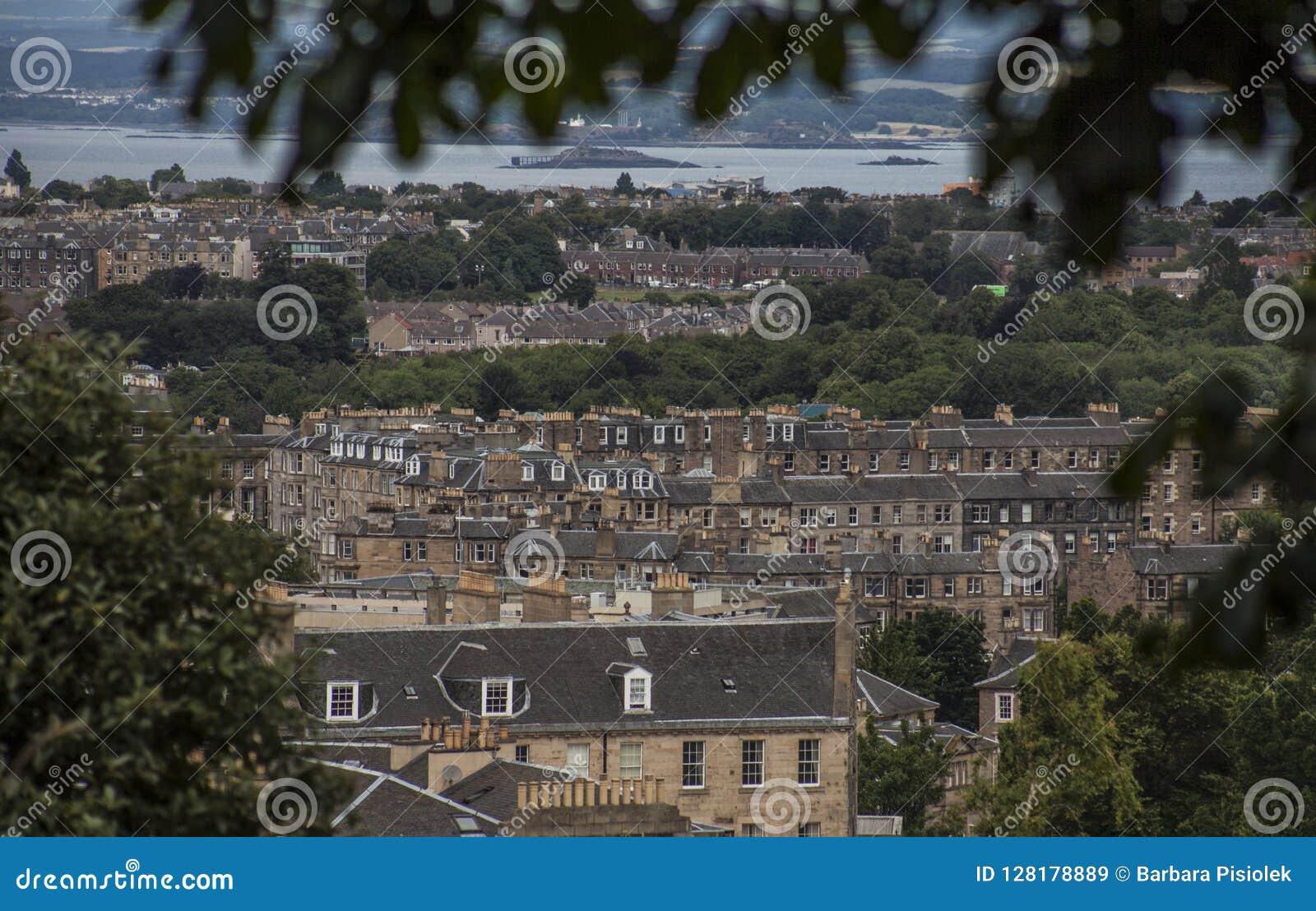Edinburgh, Schotland - oude huizen en bomen