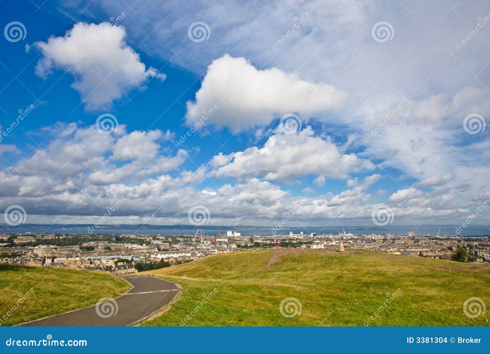 Edinburgh sotto un cielo nuvoloso