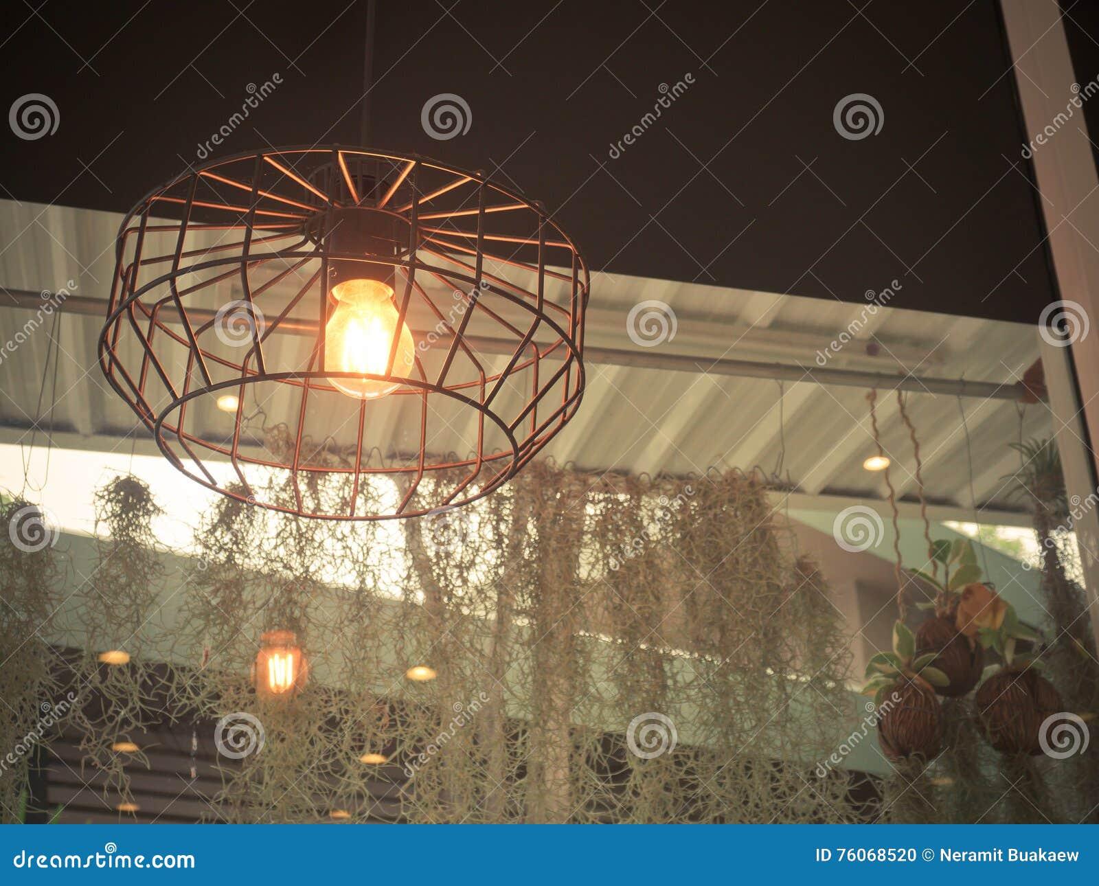 Edisons Glühlampe Und Lampe In Der Modernen Art Warme Glühlampelampe ...