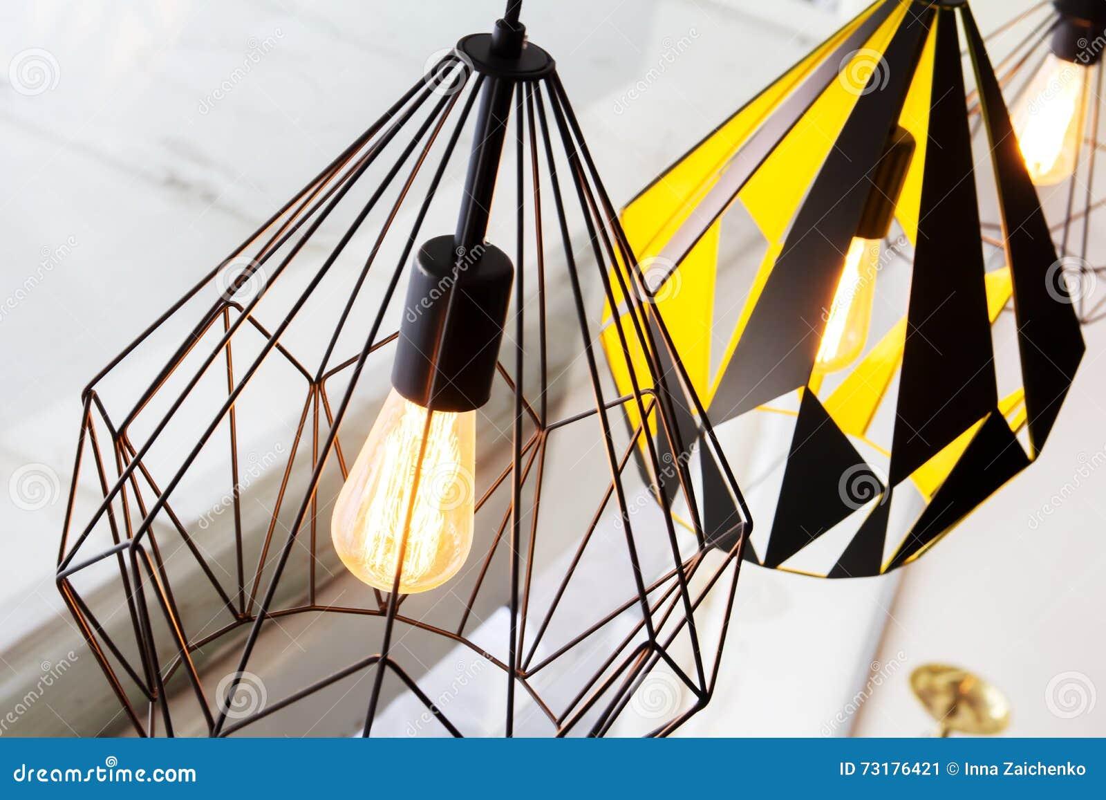 Moderne Lampen 73 : Edisons glühlampe und lampe in der modernen artkaffeestube warmes
