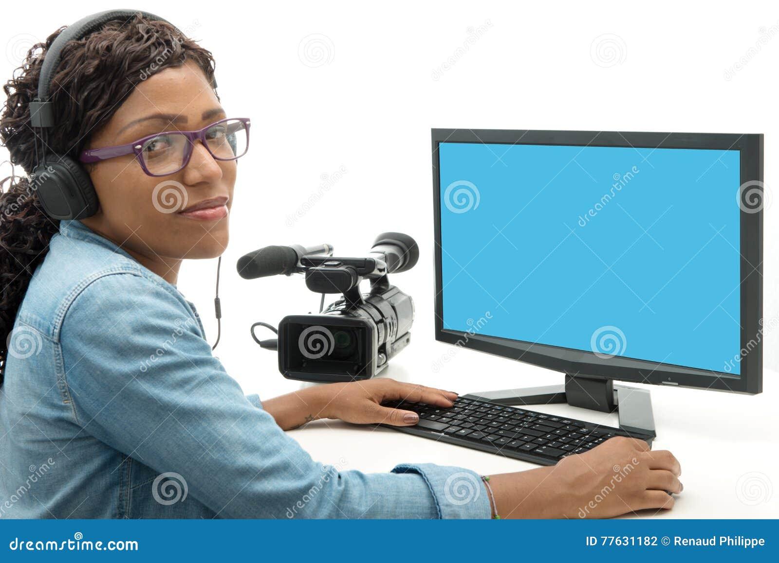 Editor de vídeo afroamericano joven de la mujer