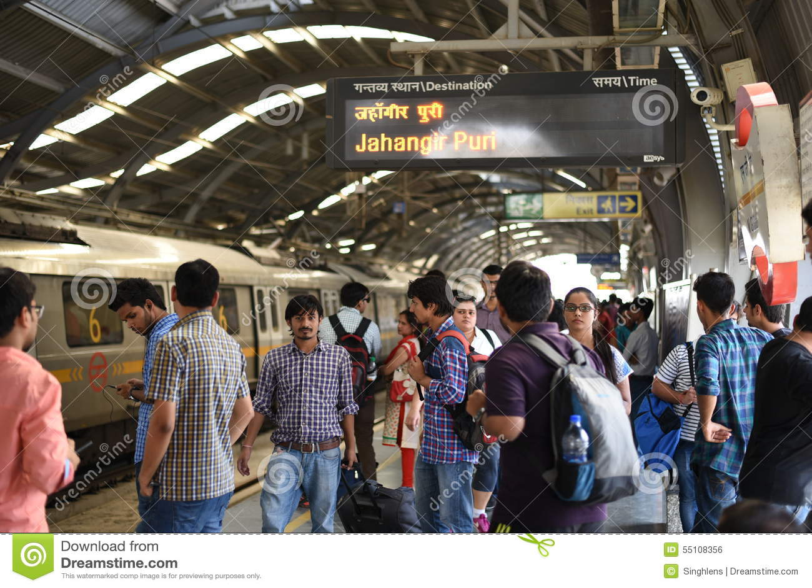Editoriale: Gurgaon, Delhi, India: 6 giugno 2015: Treno aspettante della metropolitana della gente alla stazione di Gurgaon della
