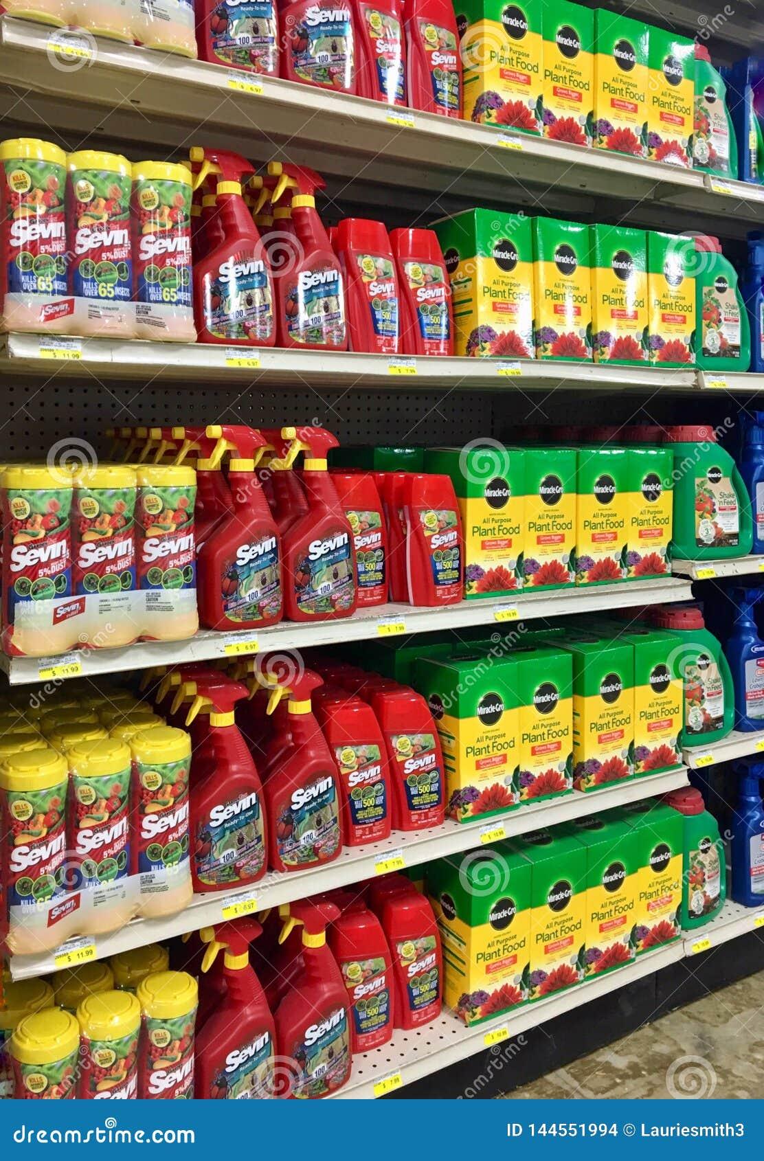 EDITORIALE: Vari prodotti degli uccisori di erbaccia e dell alimento vegetale da vendere ad un deposito del giardino e dell azien