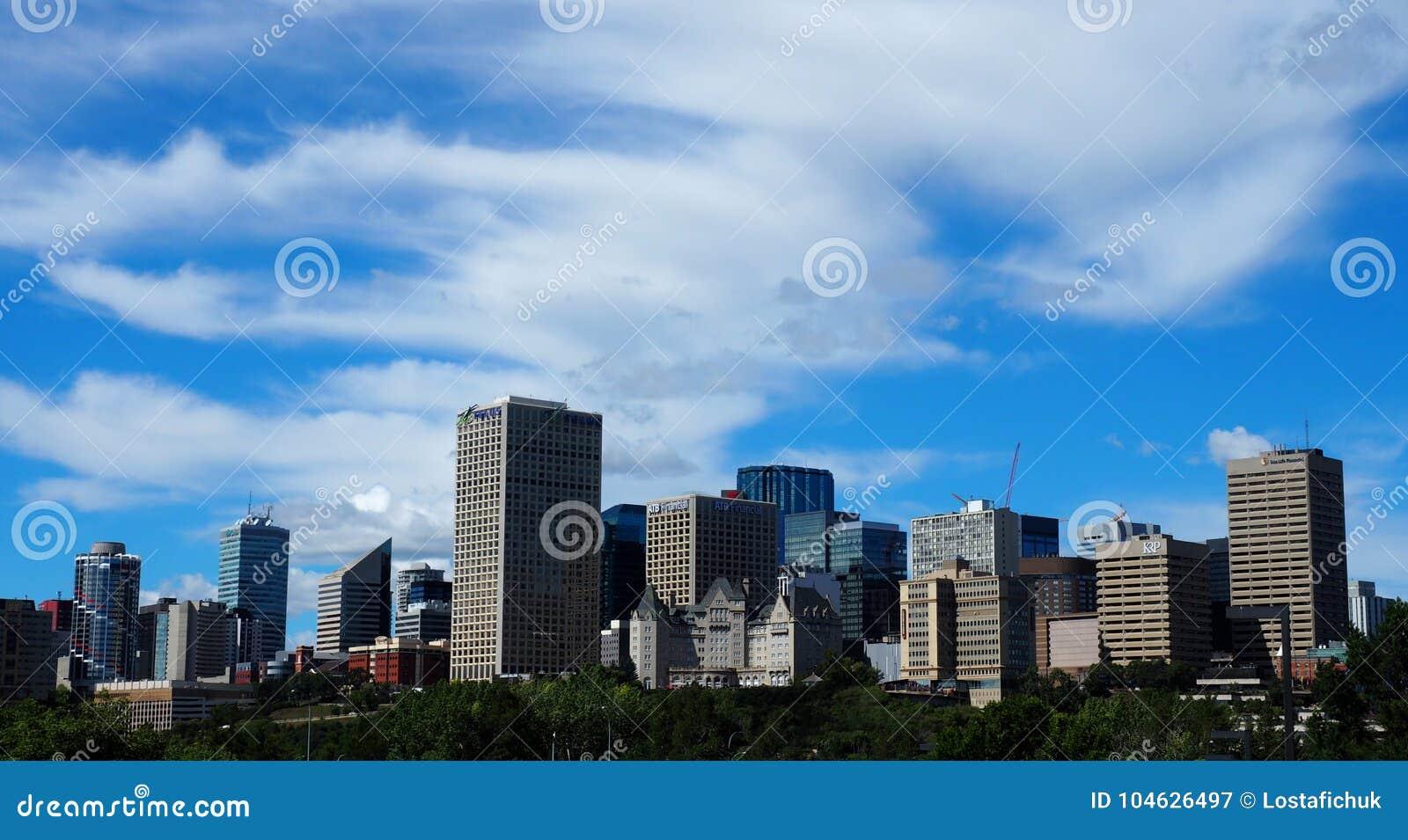 Download Edmonton Alberta Skyline With Clouds Redactionele Fotografie - Afbeelding bestaande uit ondernemingen, alberta: 104626497