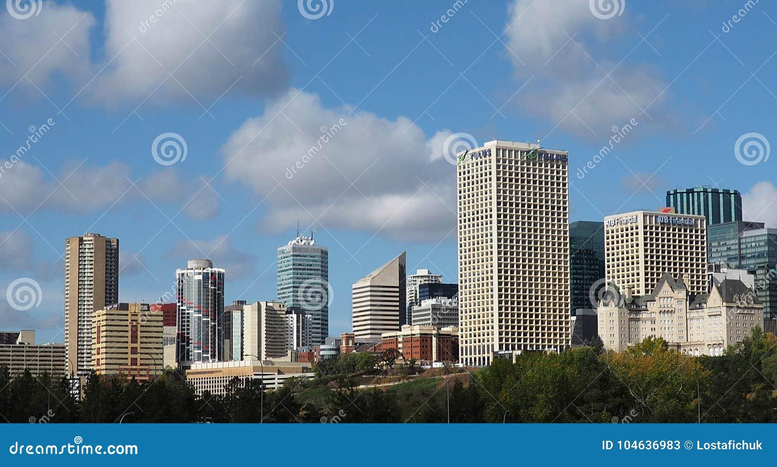 Download Edmonton Alberta Skyline With Clouds Redactionele Stock Foto - Afbeelding bestaande uit hotels, downtown: 104636983