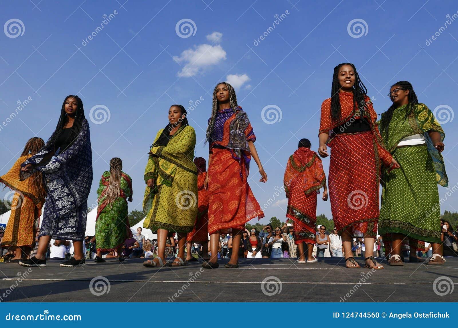 Edmonton, Canadá 6 de agosto de 2018: Os dançarinos executam no pavilhão de Eritreia e de Etiópia no festival da herança do ` s d