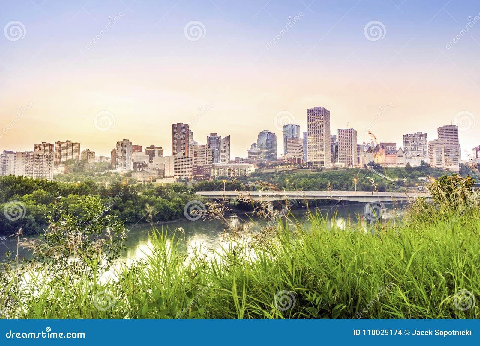 Edmonton de stad in na zonsondergang, Alberta, Canada