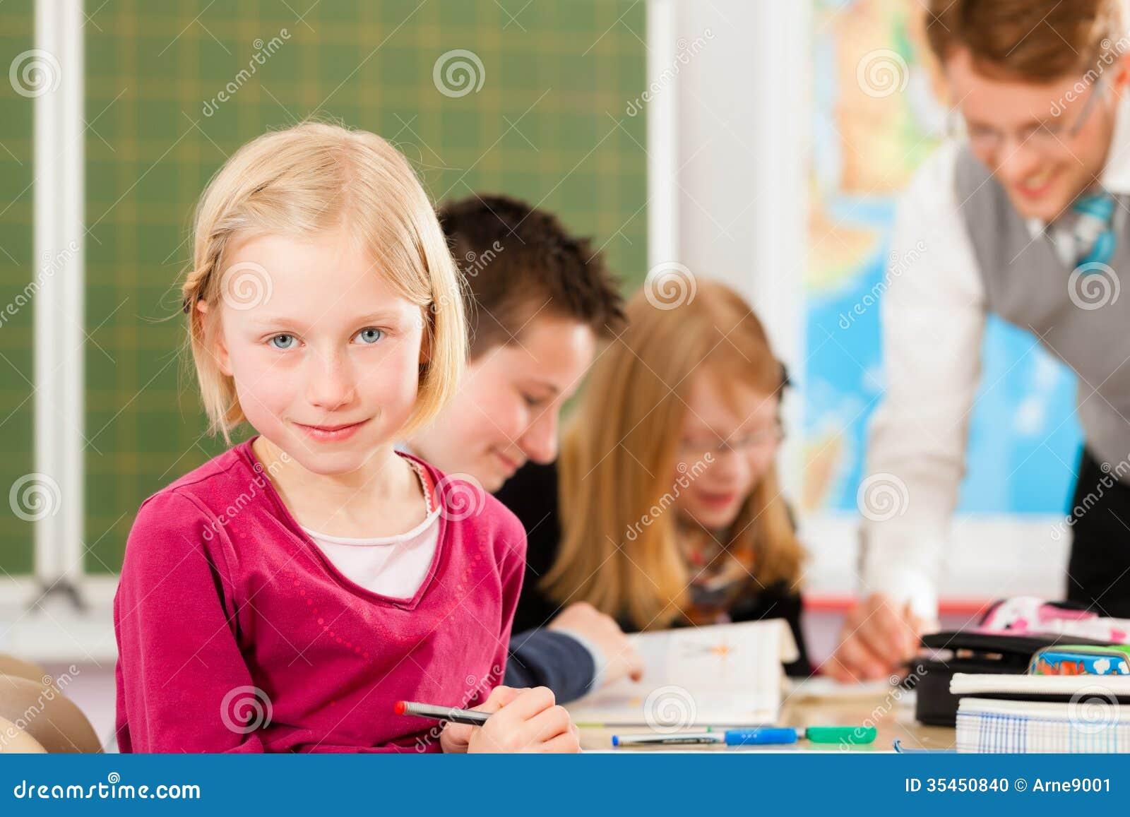 Educação - alunos e professor que aprendem na escola