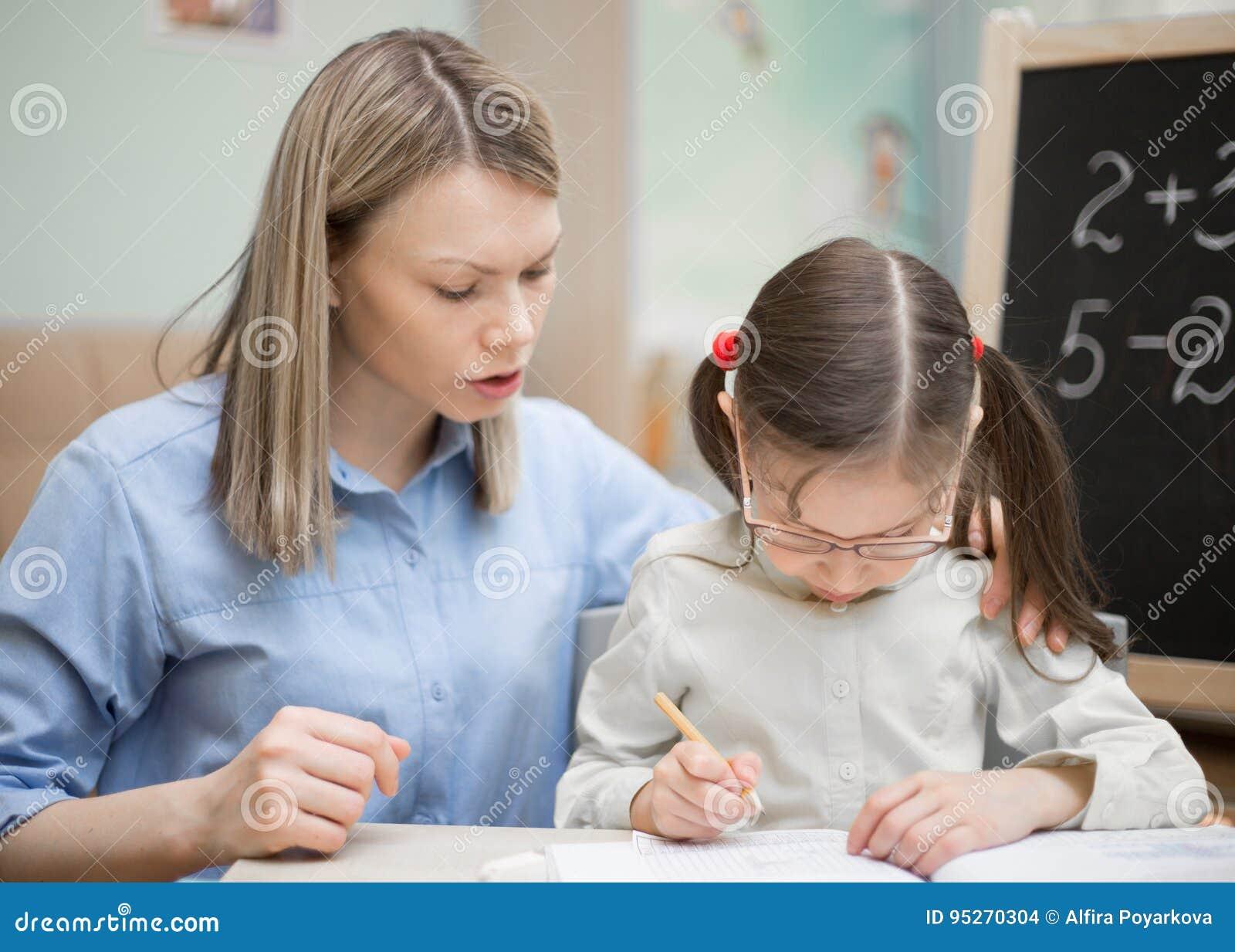 Educación casera preescolar La chica joven hermosa está enseñando en h