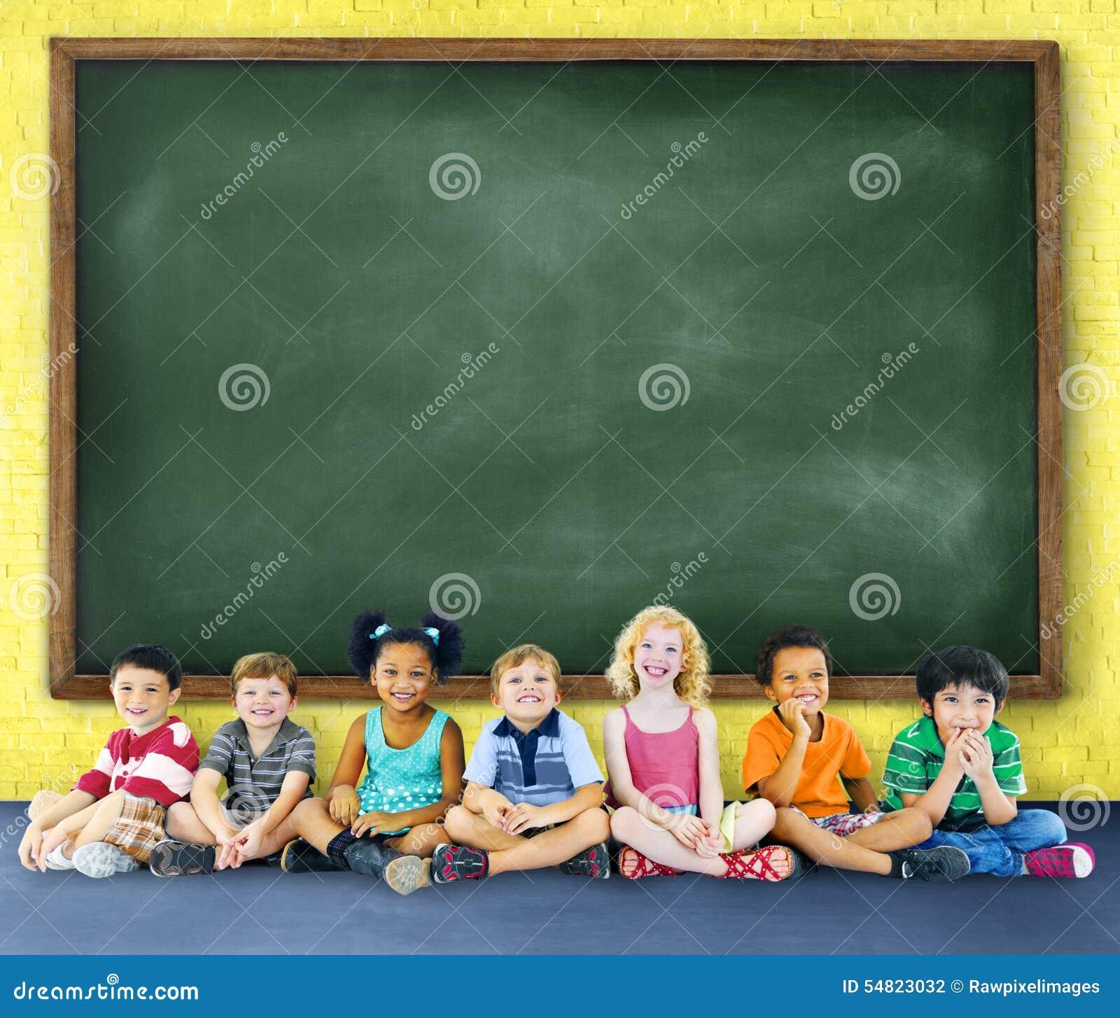 Educación de los niños de los niños que aprende concepto alegre