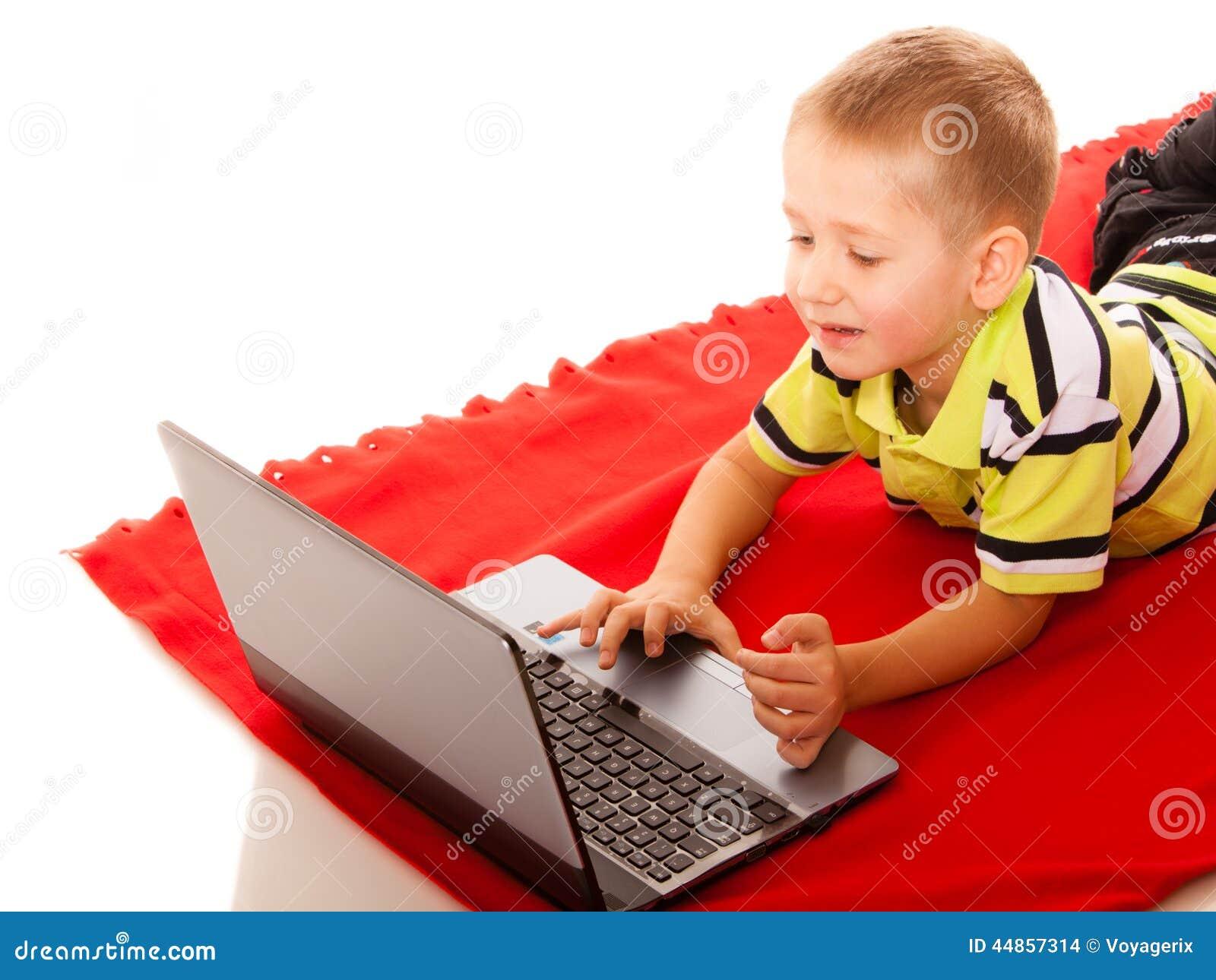 Educación, Internet de la tecnología - niño pequeño con el ordenador portátil