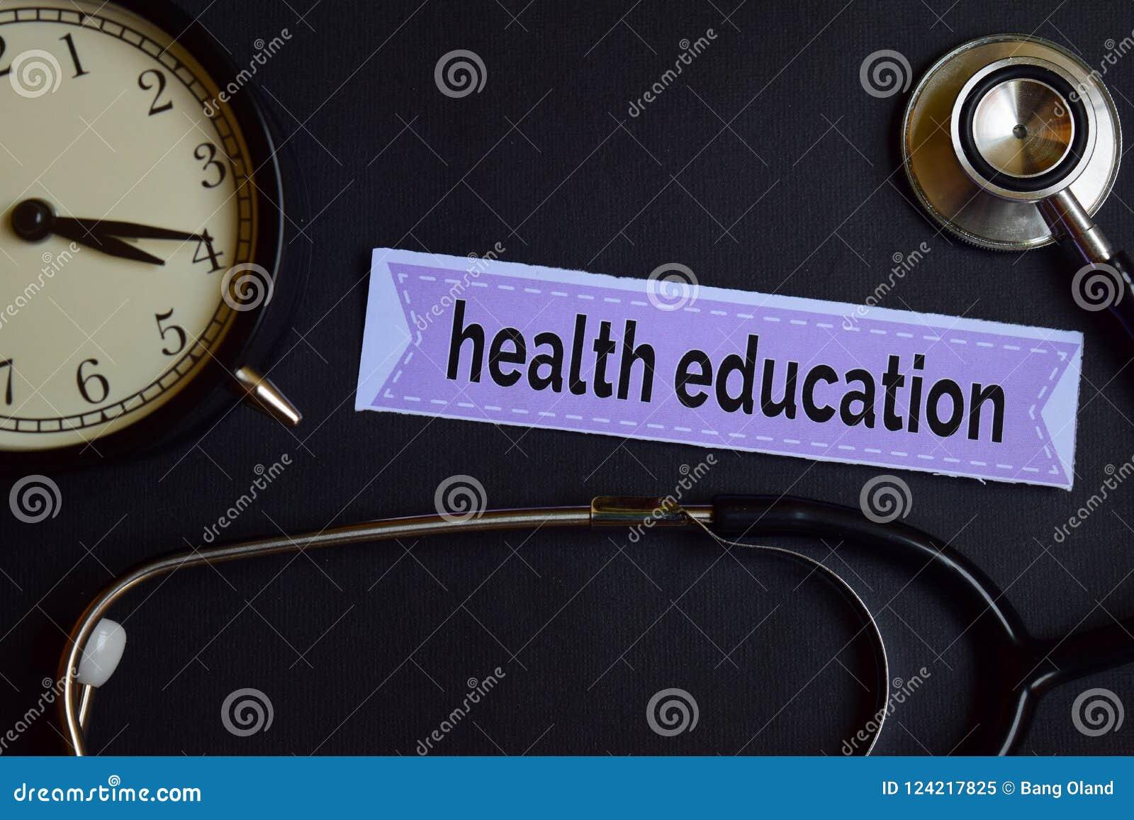 Educación sanitaria en el papel de la impresión con la inspiración del concepto de la atención sanitaria despertador, estetoscopi
